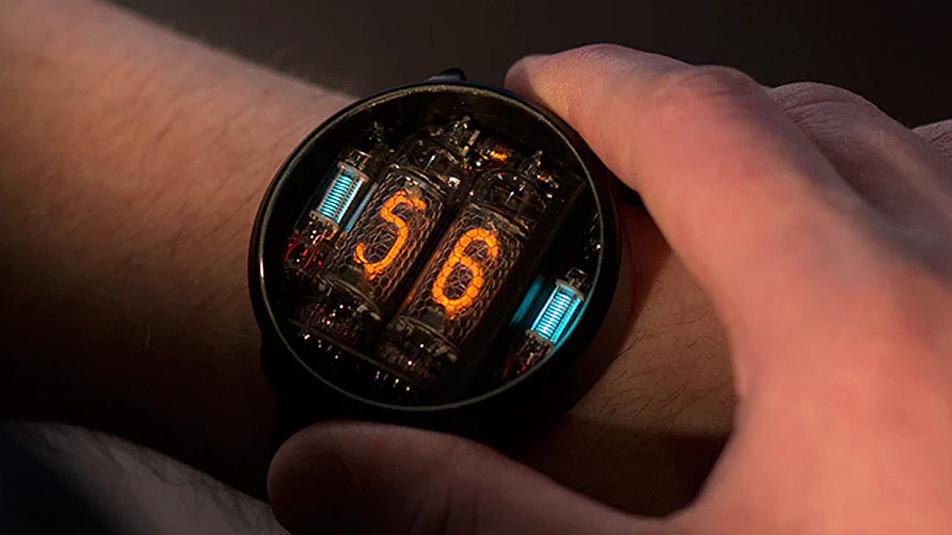 Heftig armbåndsur bruker nixierør til å vise tiden