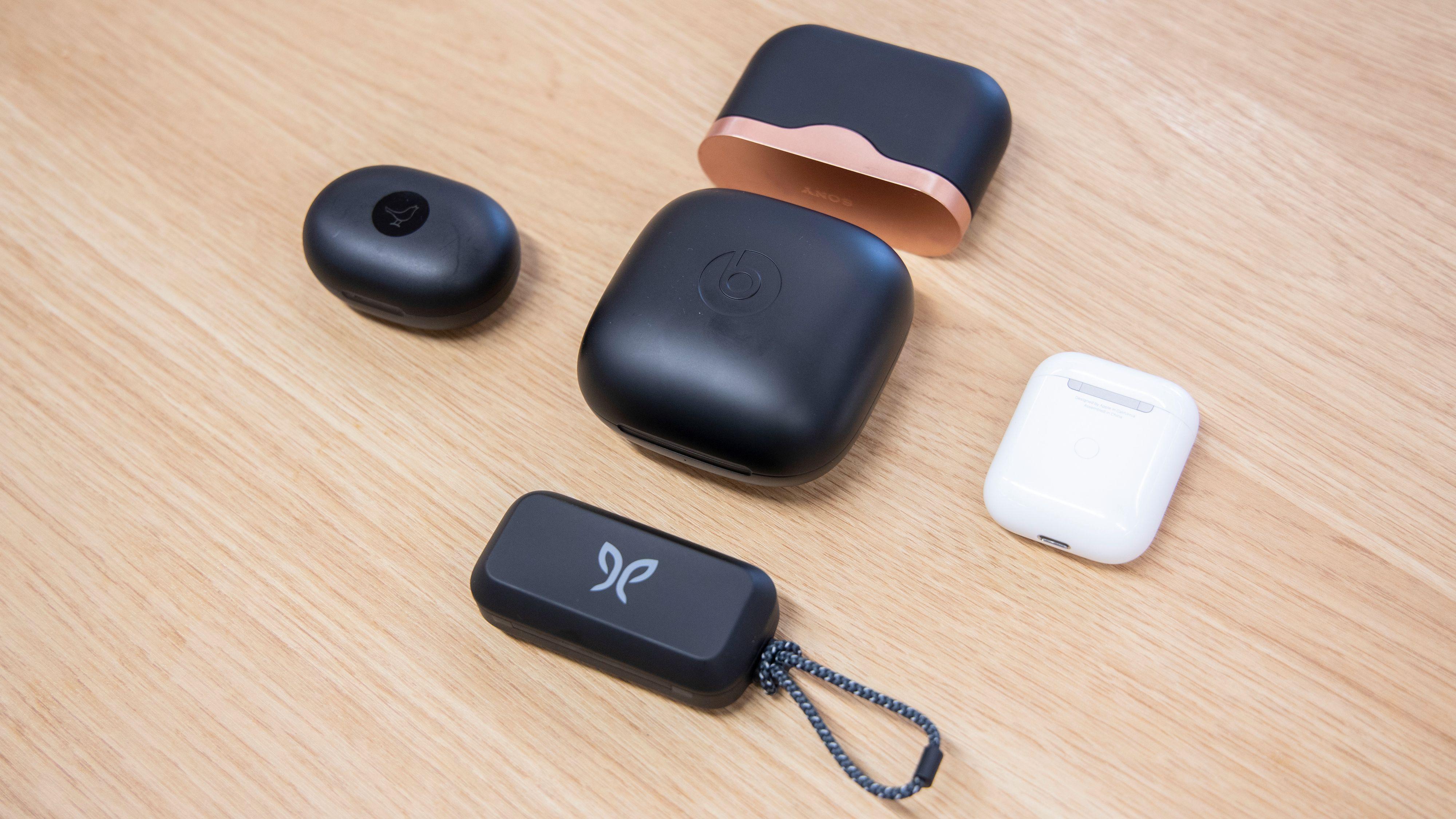 Beats i midten, fra venstre og rundt med klokka Libratone Track Air+, Sony WF-1000XM3, Apple Airpods og Jaybird Vista.