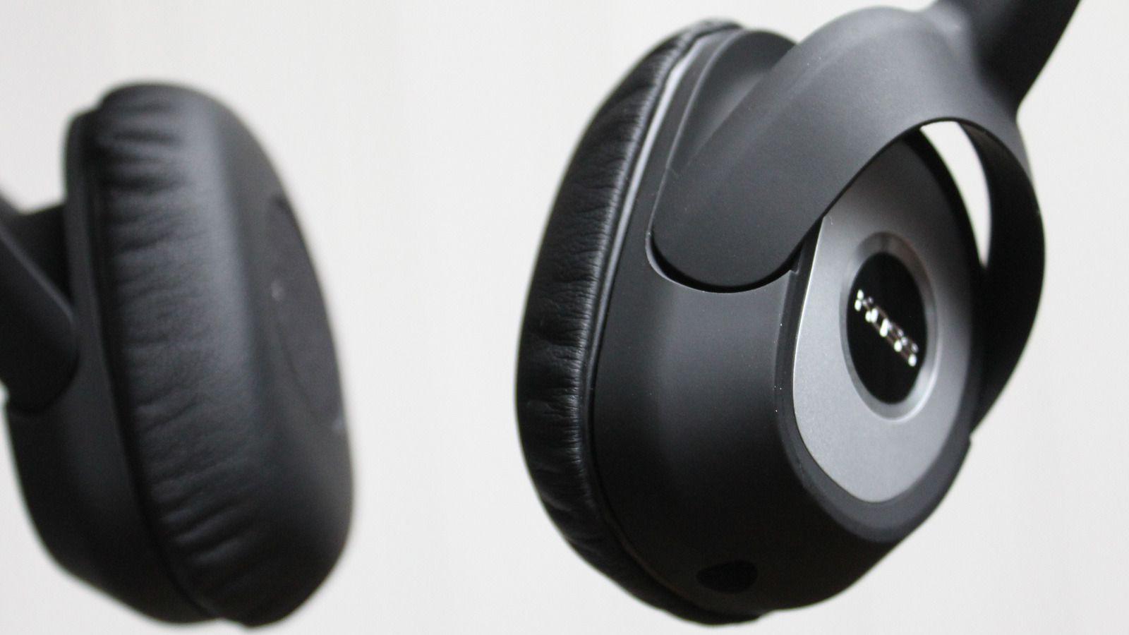 SP330 har god lyd, men mangler litt i bassområdet. Disse putene ligger mot øret, men er ikke heldekkende.