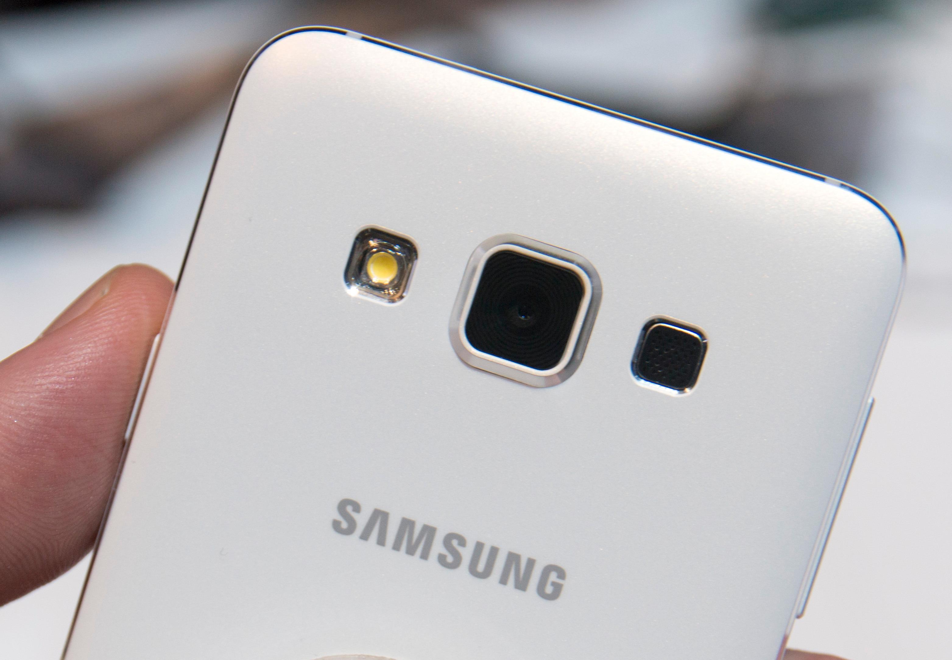 Galaxy A-serien kommer i flere fager. Sort, hvitt, gull og sølv var utstilt på Samsungs store område under CES-messen. Foto: Finn Jarle Kvalheim, Tek.no