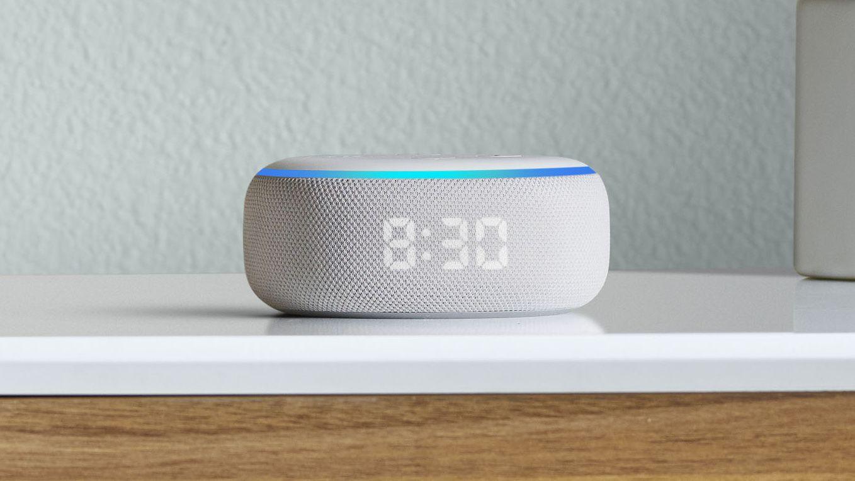 Nye Echo Dot med klokkevisning.