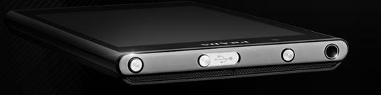 USB-kontakten er dekket av et skyvedeksel i metall. Knappen til venstre er av/på-knappen, den til høyre brukes for å aktivere front- eller bakkameraet. (Foto: LG)