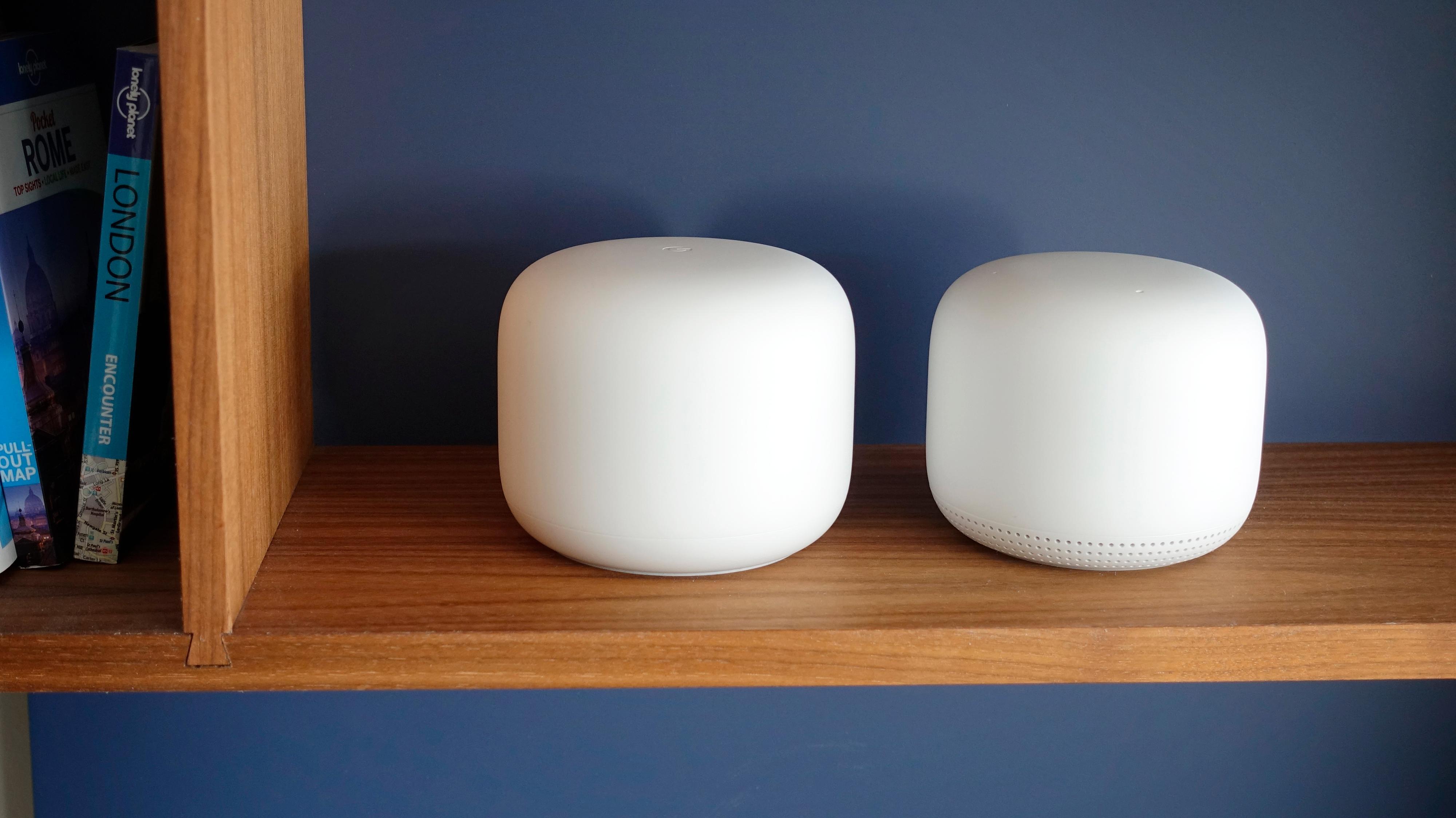 Google har redesignet hele sin wifi-løsning, og i den nye generasjonen er ikke lenger enhetene identiske. Ruteren (til venstre) er nå litt større enn meshpunktene, mens sistnevnte har fått smarthøyttaler innebygget.