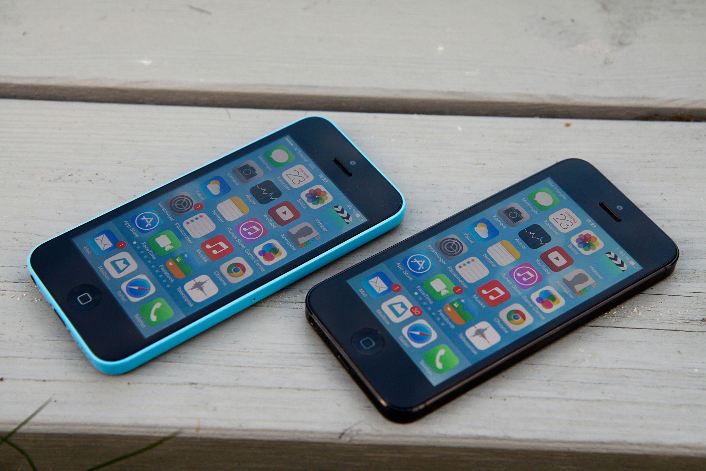 iPhone 5C (til venstre) og iPhone 5. Foto: Kurt Lekanger, Amobil.no
