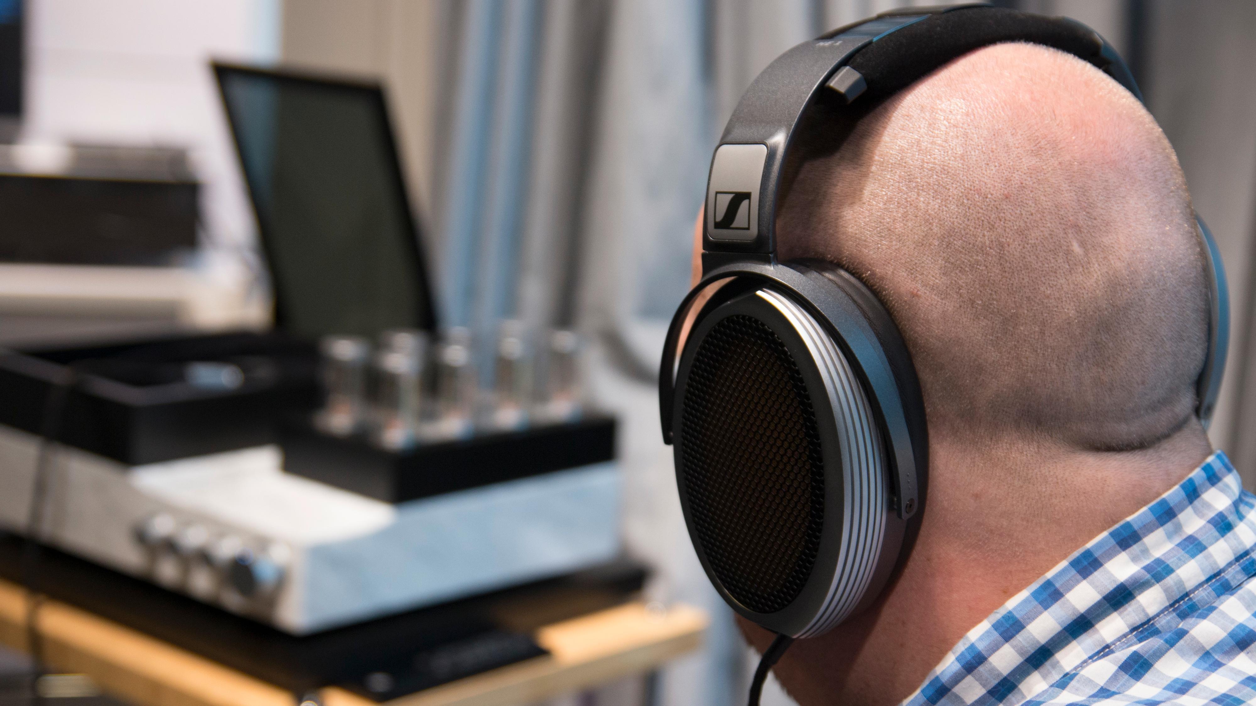 Hodetelefonene sitter meget behagelig på hodet, og oppfordrer til timesvis med lytterglede.