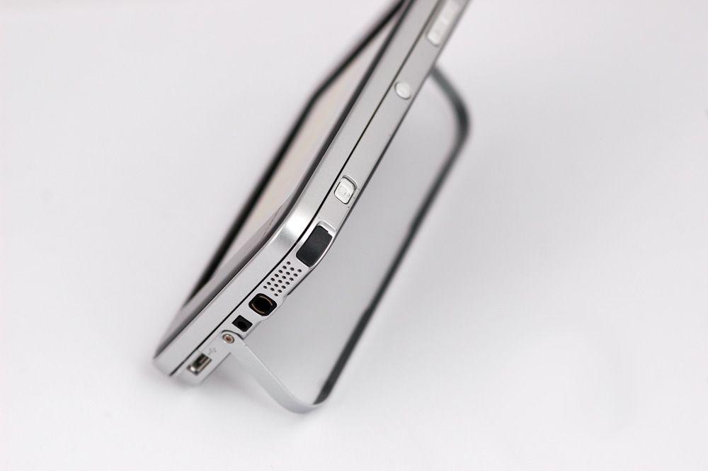En regulerbar støtte på baksiden gjør at N810 kan stå på bordet av seg selv. (Foto: Einar Eriksen)
