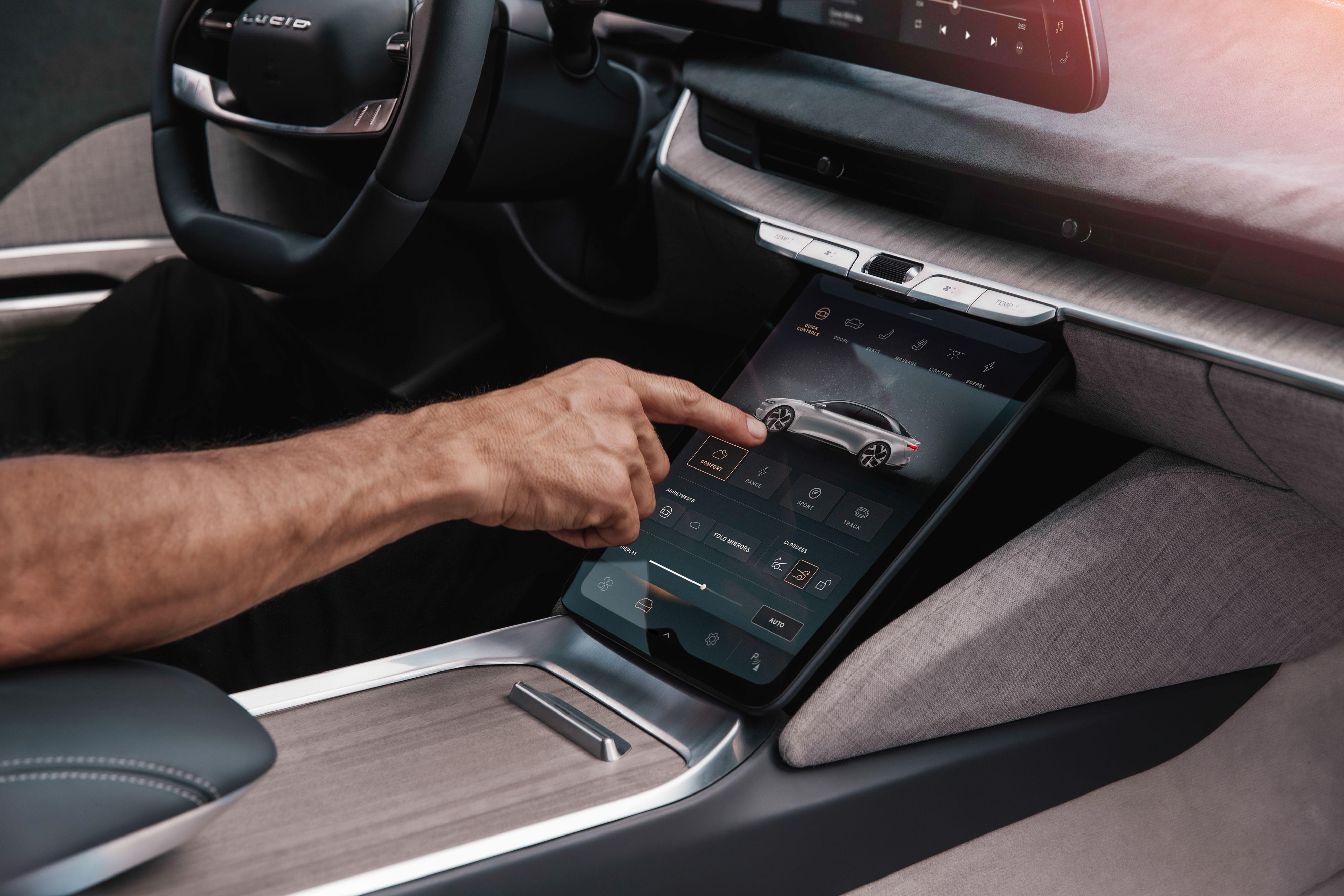 Foran føreren finner du et kombinert instrumentpanel og infotainmentskjerm. I tillegg kommer denne skjermen i midtkonsollen.