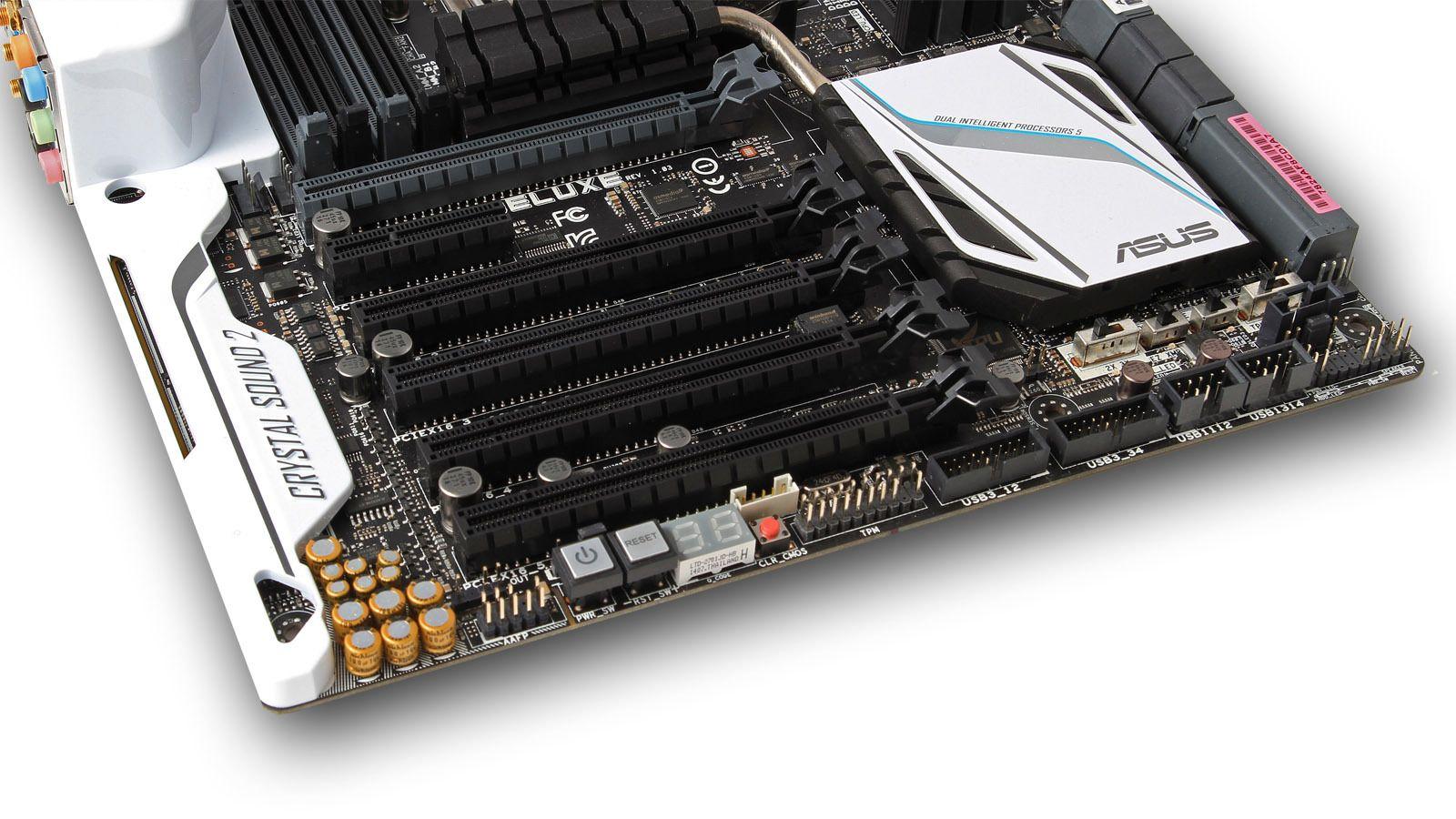 Hovedkortet har hele fem PCI Express x16-spor og et PCI Express x4-spor. Legg også merke til knappene for start, omstart og tilbakestilling av hovedkortets BIOS (CLR_CMOS).
