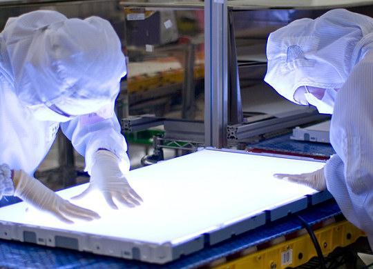Arbeid med en baklys-modul for LCD-skjermer  (Foto: Coretronic)