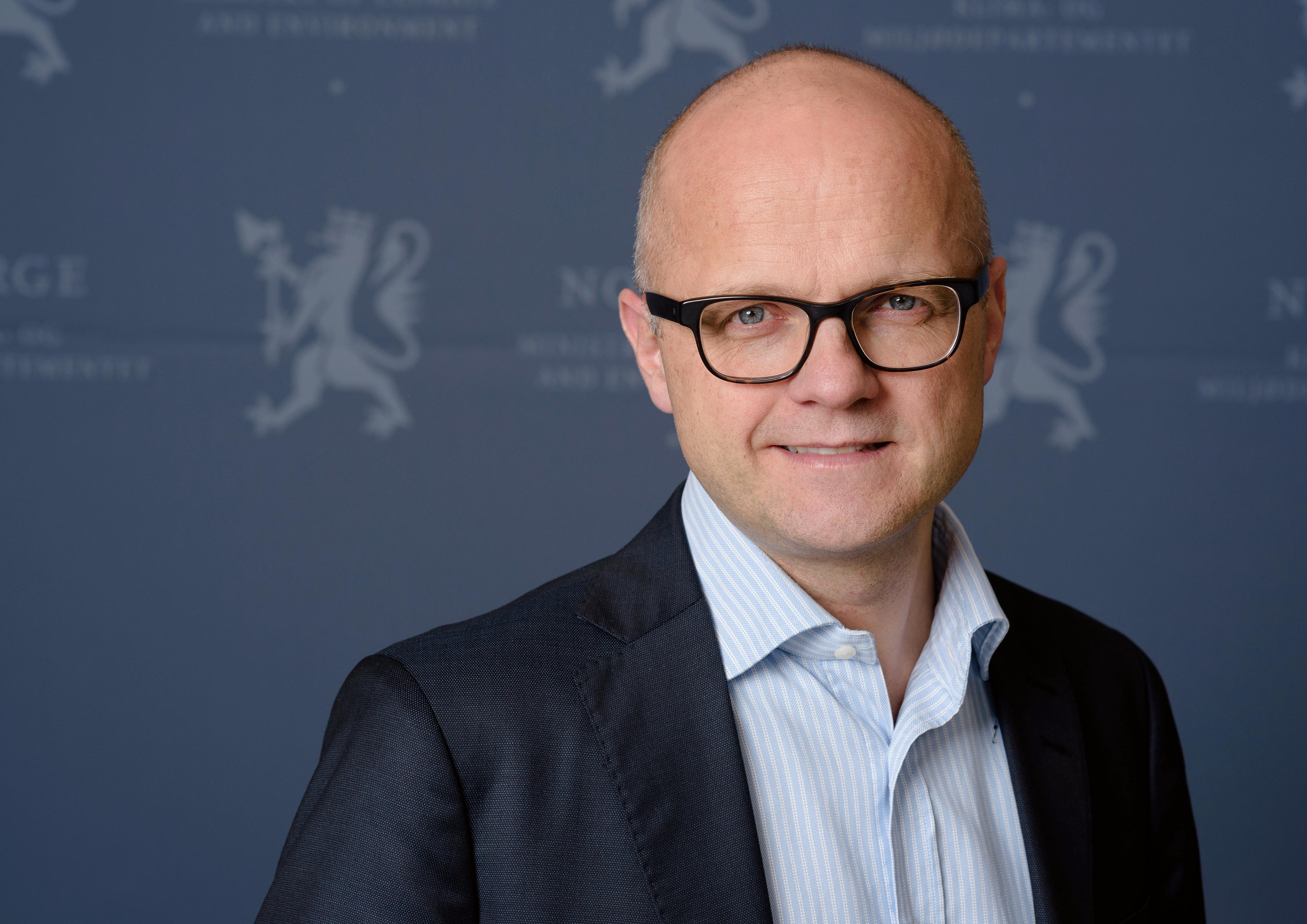 Klima- og miljøminister Vidar Helgesen forteller at det ikke er aktuelt med noen ny avgift på elektronikk i Norge.