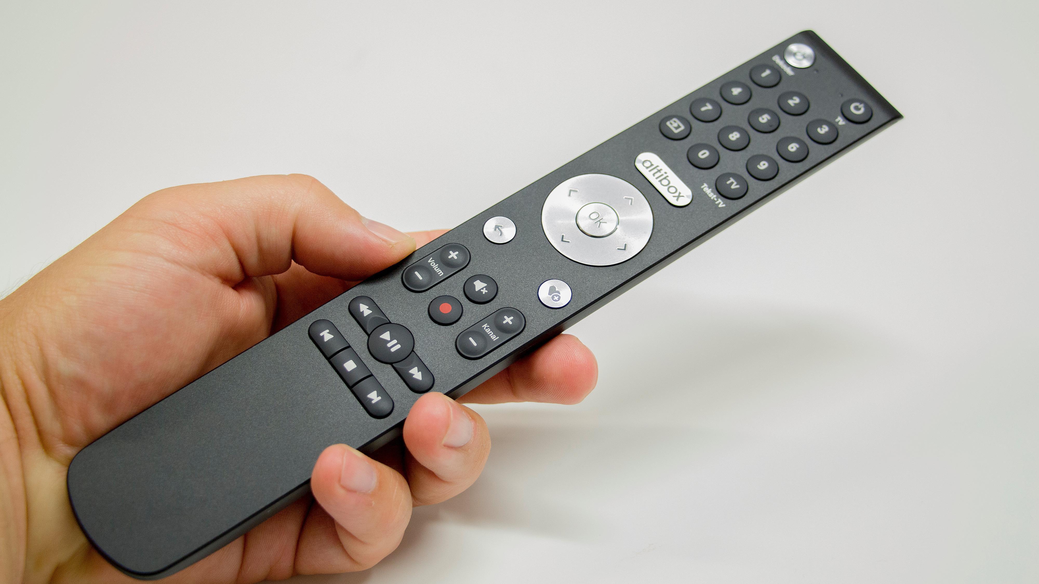 Fjernkontrollen som følger med har gode og responsive knapper.