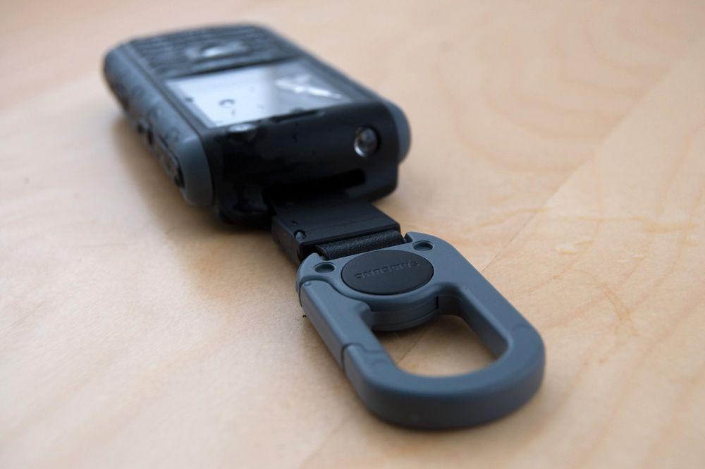 Medfølgende karabinkrok og innebygget lommelykt på toppen tyder på at dette ikke er en helt vanlig mobiltelefon.