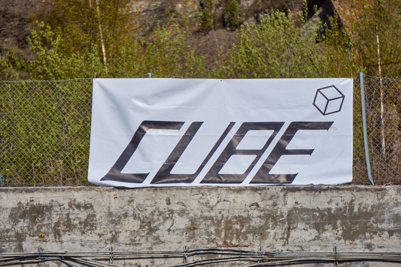 Cube-bannerne var overalt.