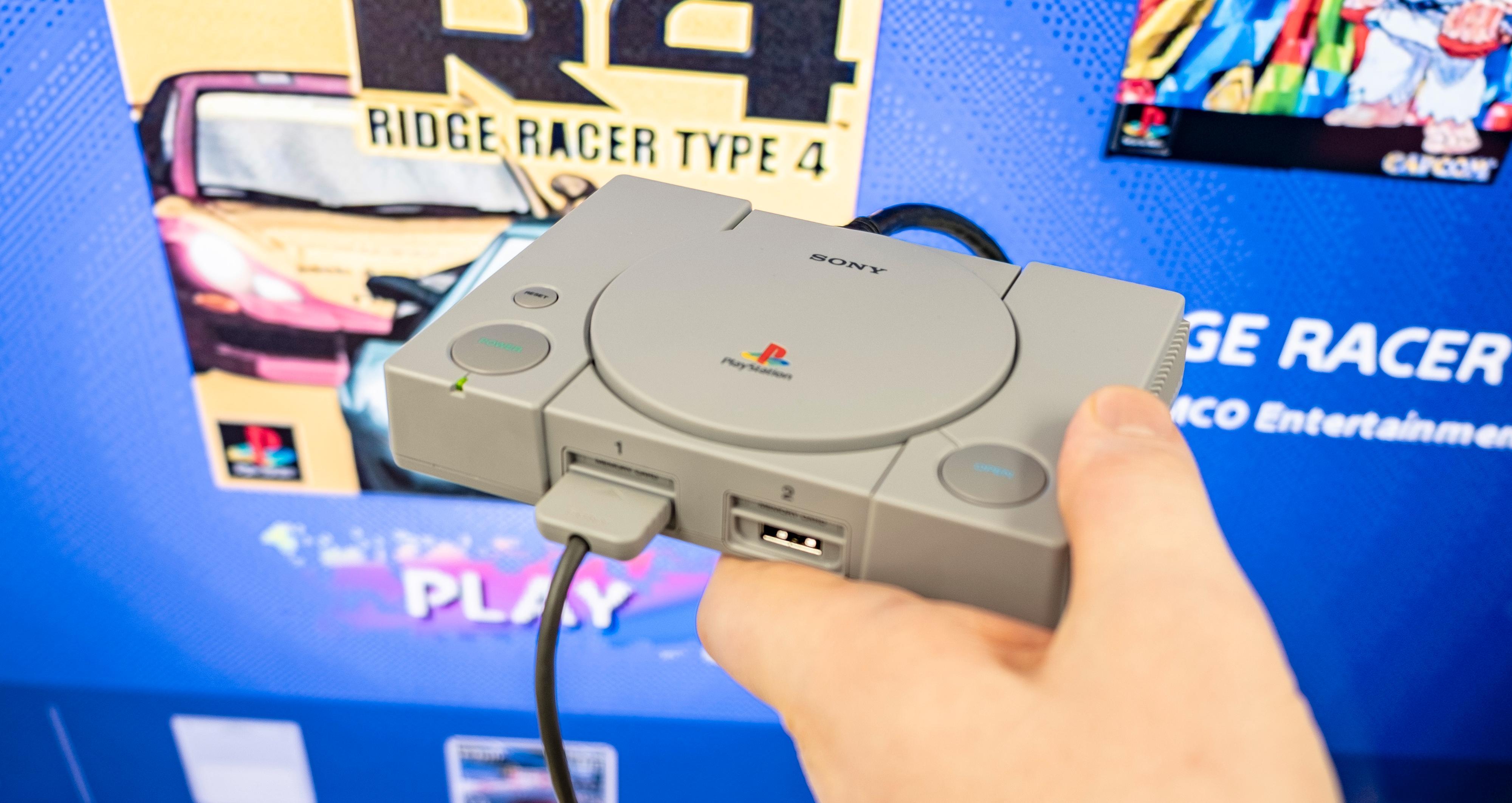 Liten og søt: Det er enkel maskinvare mellom plastdekslene på PlayStation Classic, men likevel synes vi Sony har fått relativt lite ut av denne dingsen.