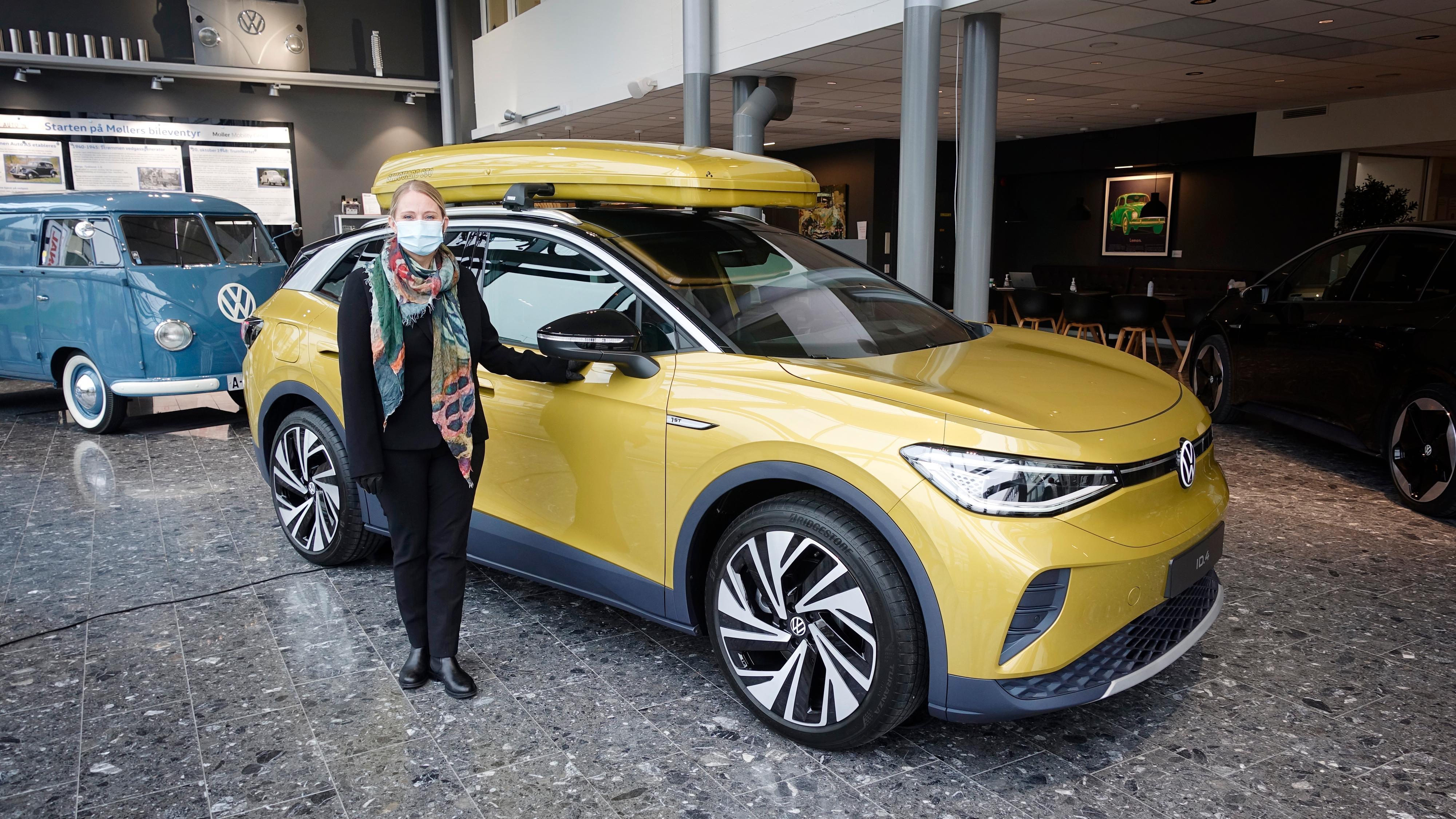 Kommunikasjonssjef for Volkswagen hos Harald A. Møller, Anita Svanes, sier ID.3 er en trygg bil. Her fotografert sammen med Volkswagens neste elbil, ID.4.