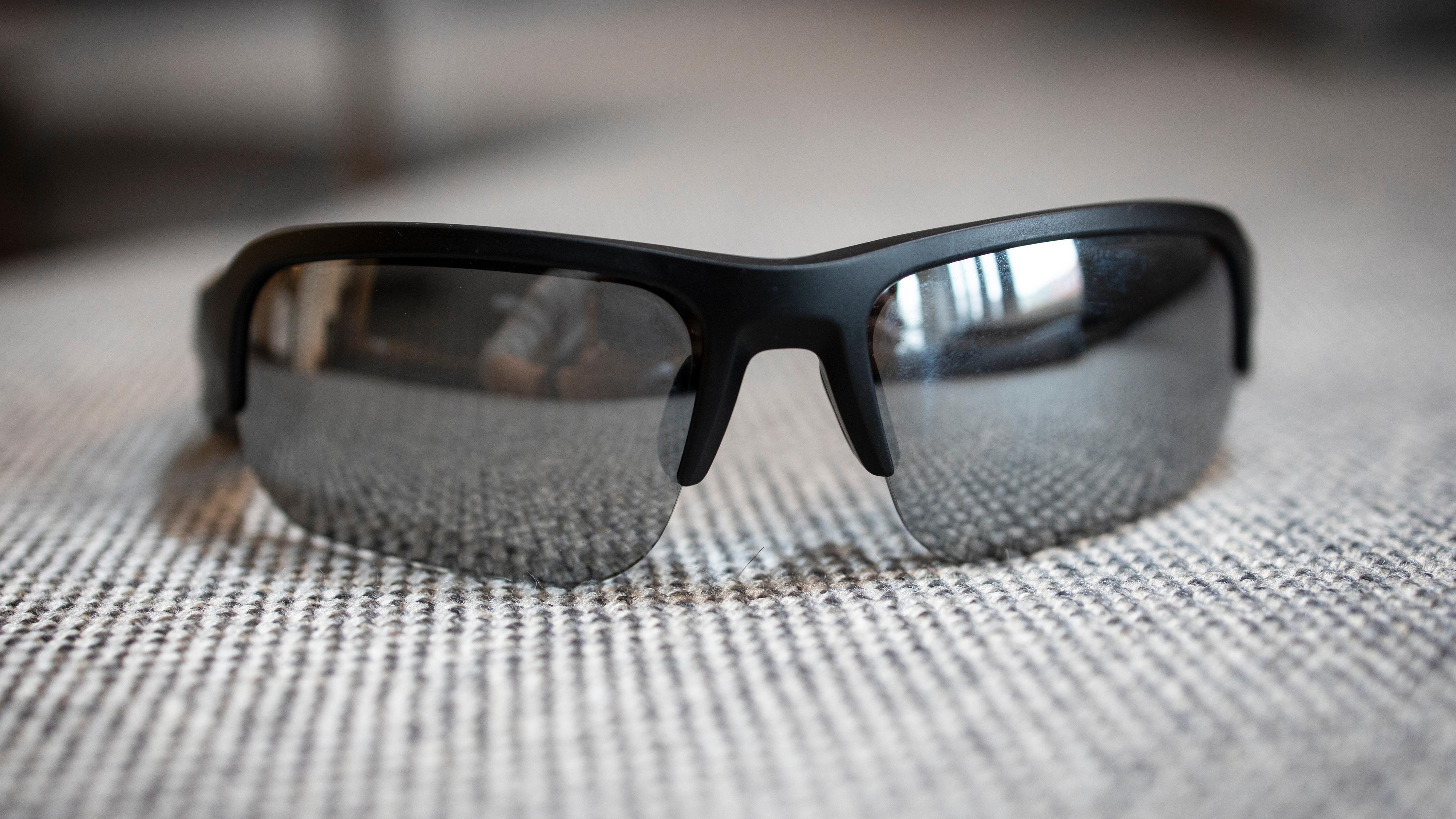 Frames Tempo har et sporty design uten fulldekkende ramme rundt glassene. Kan minne litt om Oakley Custom Half Jacket 2.0.