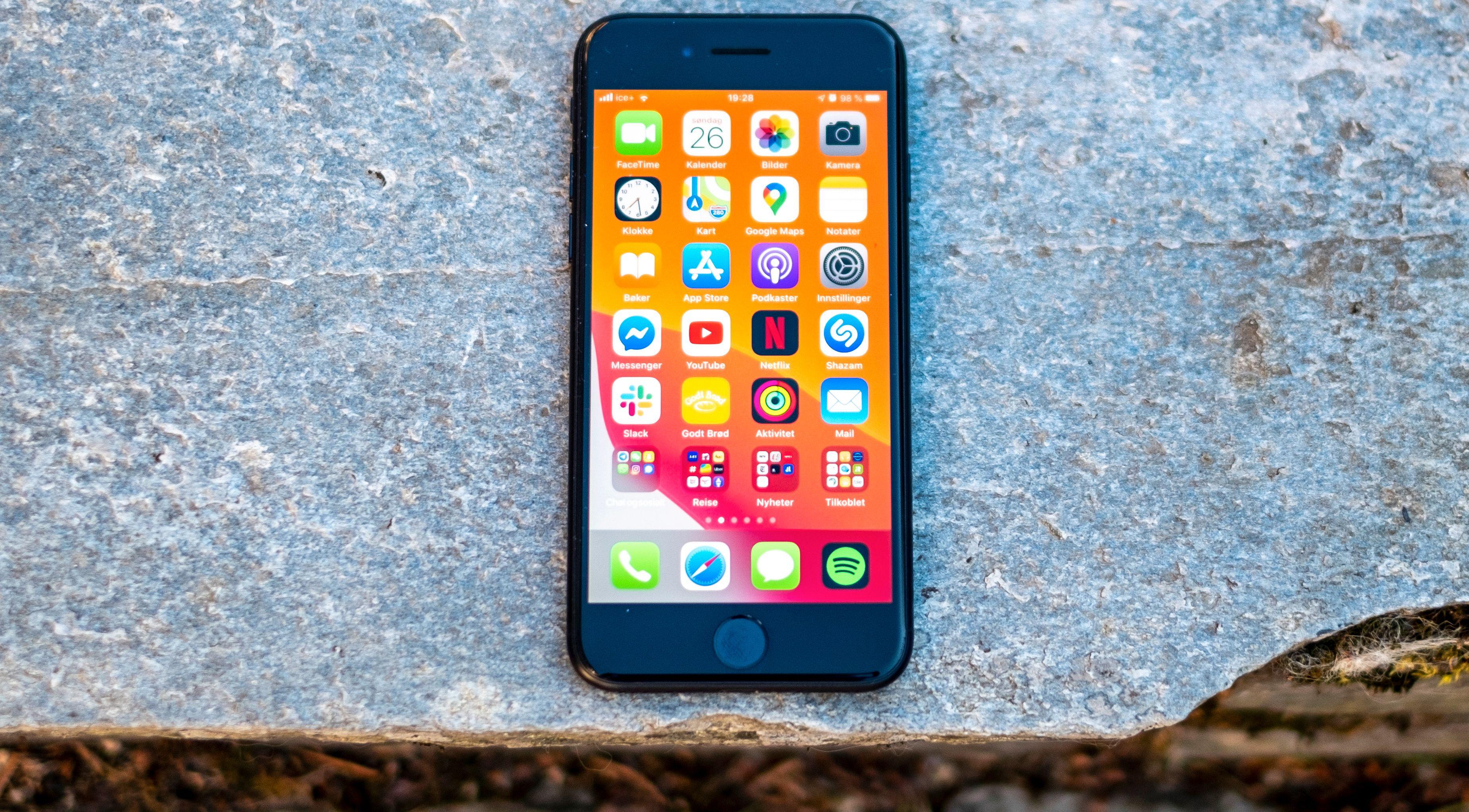 Denne designen er det en stund siden vi har sett i en ny telefon fra Apple, men den funker fortsatt.