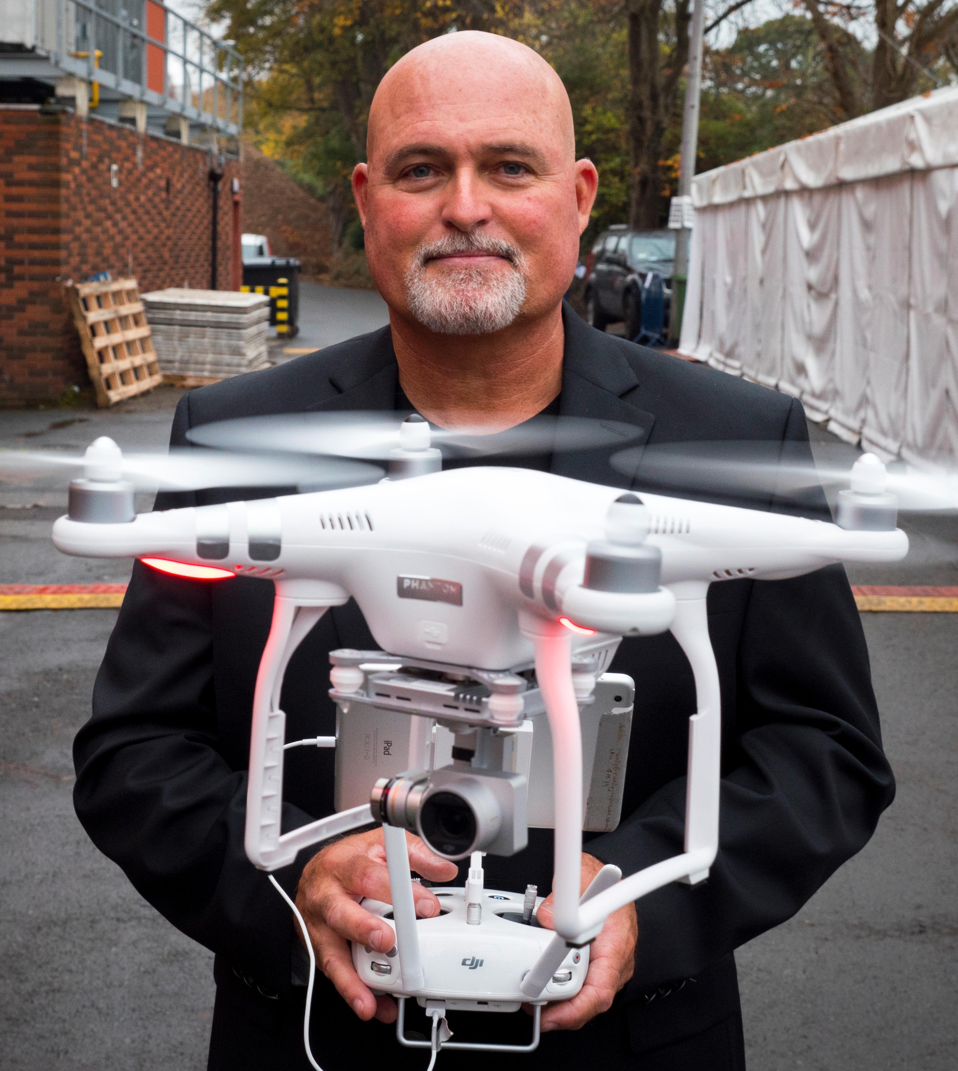 DJIs Phantom-droner faller inn under kategori RO1, så lenge du ikke skal fly høyere enn 120 meter. Her får vi den demonstrert av DJIs Randy Braun.