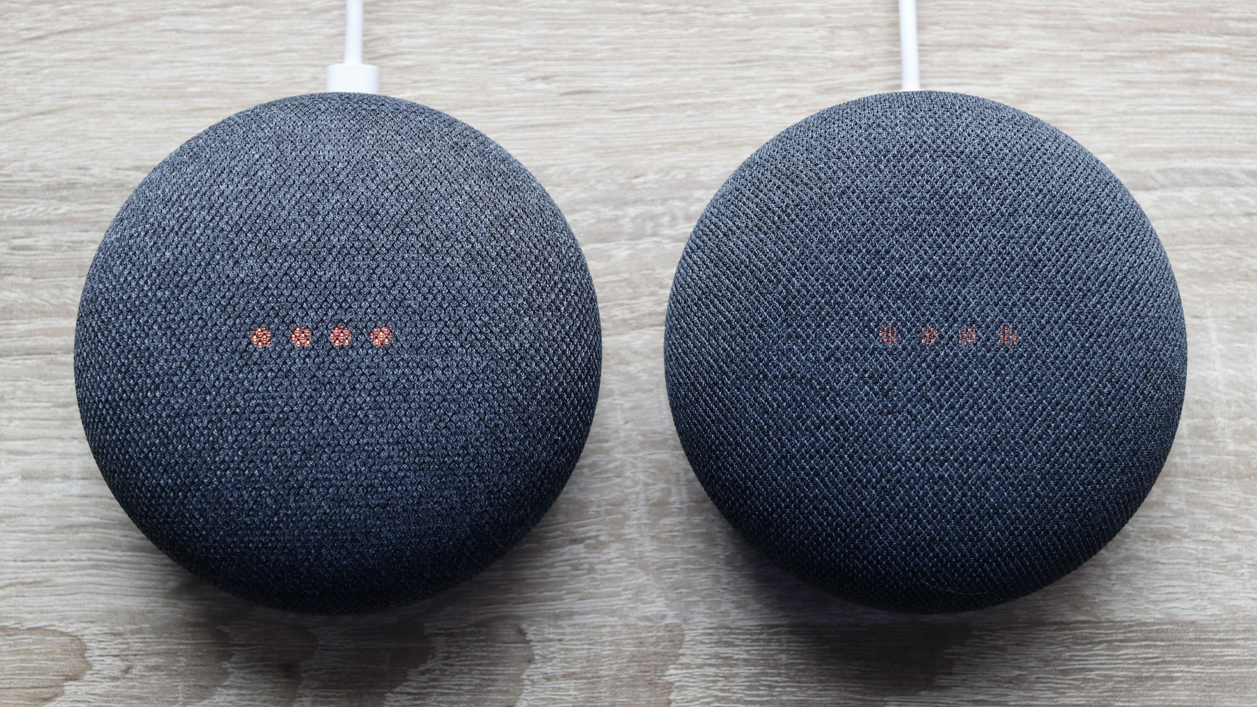 Ser du forskjell? Home Mini til venstre, Nest Mini til høyre. Fire røde prikker betyr for øvrig at mikrofonen er avslått.