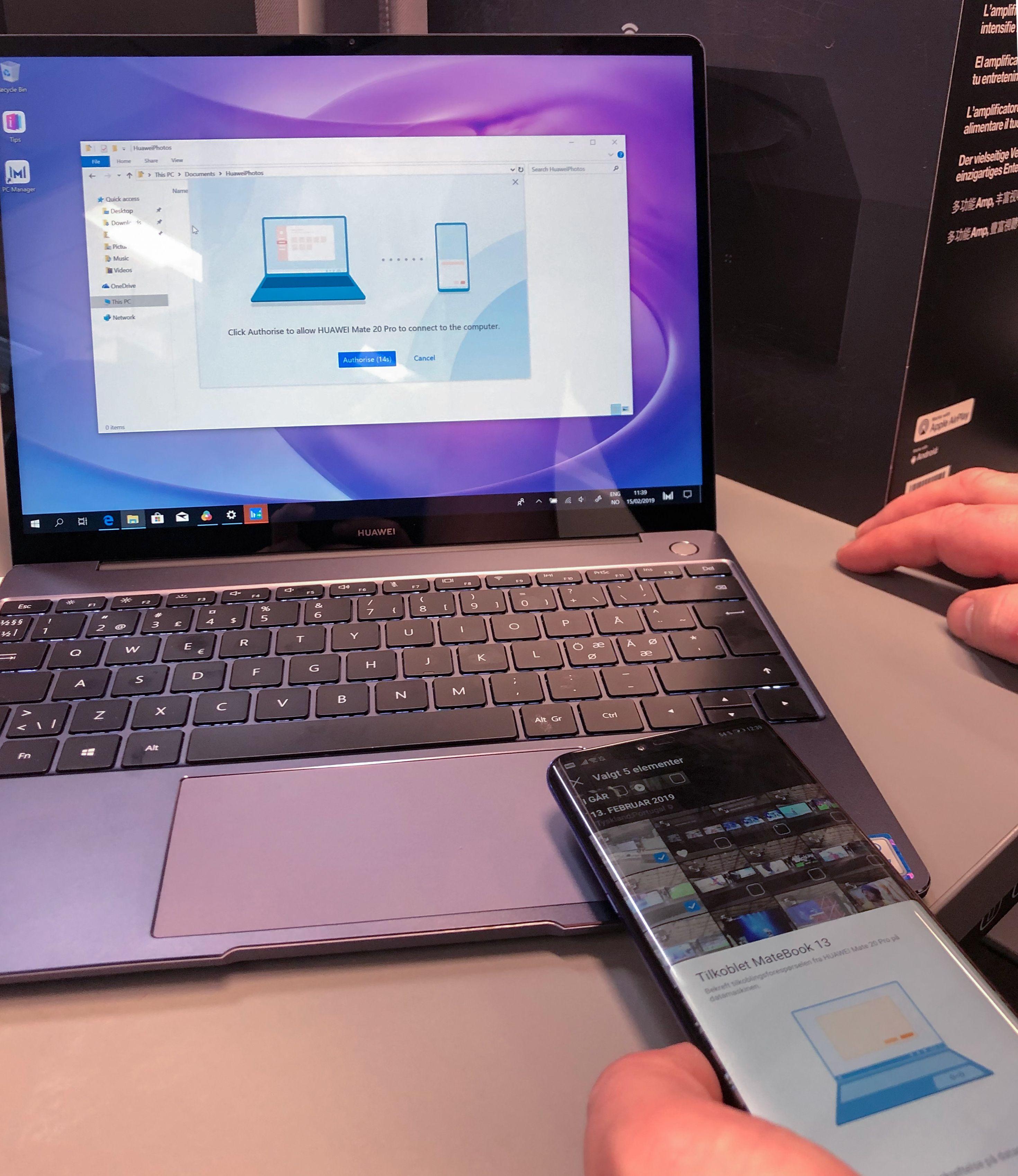 En nyere Huawei-telefon som Mate 20 Pro kan «tappes» mot basen for å overføre eller bla i bilder.