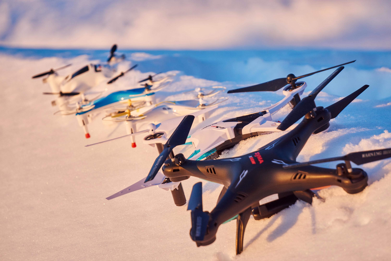 Alle dronene på rekke og rad.