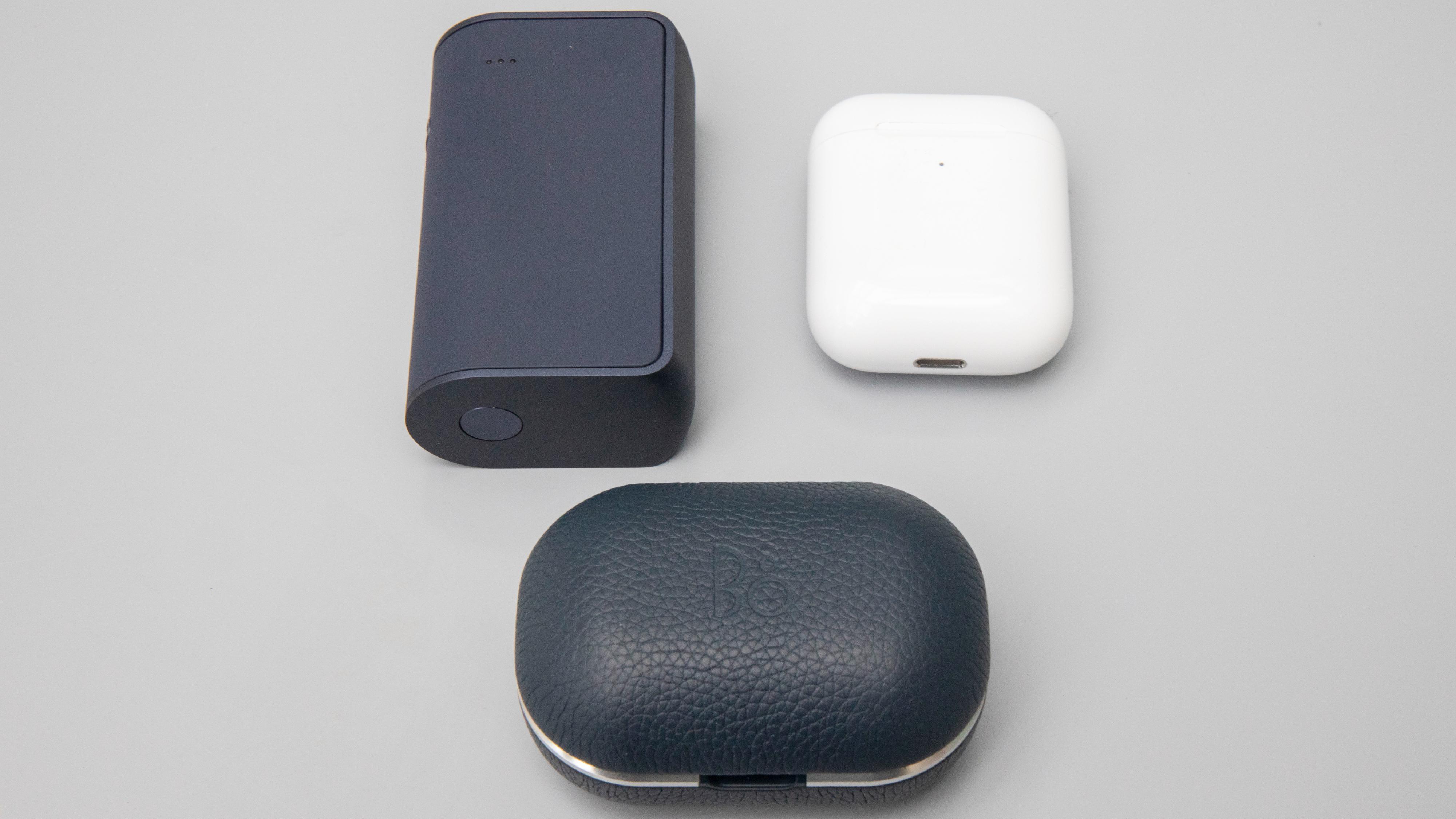RHAs etui (venstre) sammen med Apples Airpods og Bang & Olufsens E8 2.0.