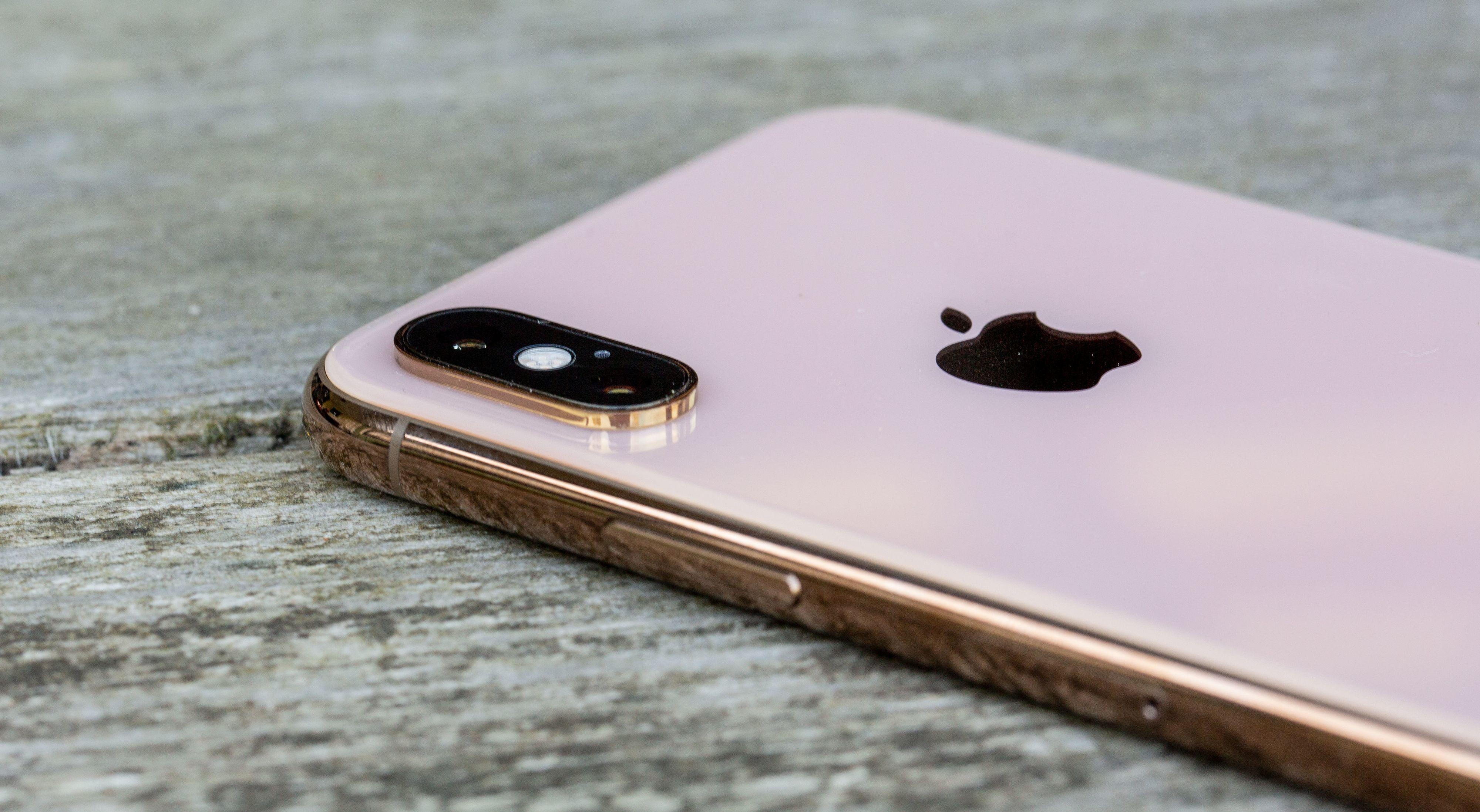 Baksiden av iPhone Xs i gull skifter litt farge basert på hvordan lyset treffer den. Stort sett ser det imidlertid ut som en kremet hvitfarge, mens rammen alltid er skinnende gullaktig.