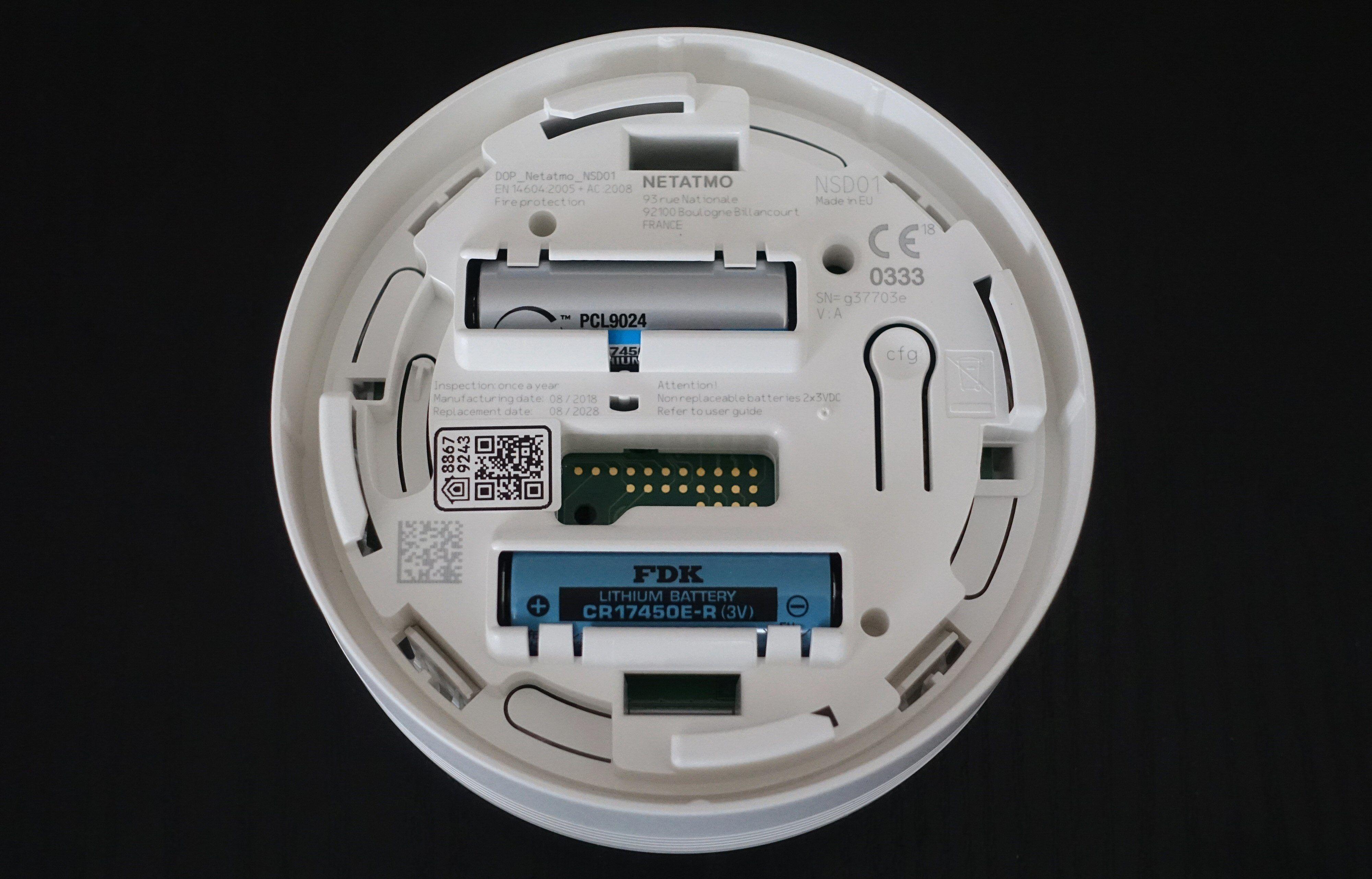 De to batteriene skal holde varsleren i drift i et helt tiår. De er ikke ment å byttes.