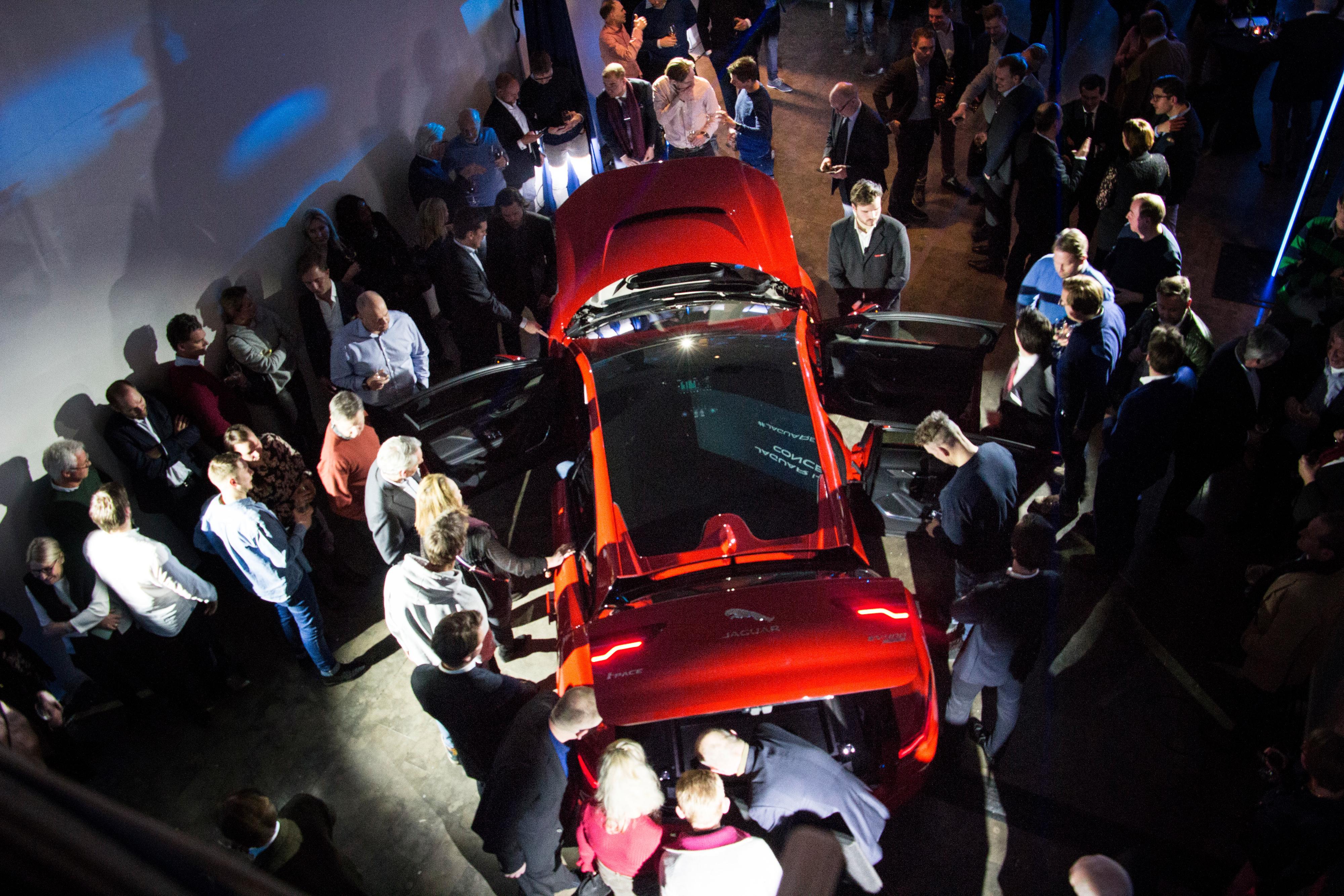 800 kunder og andre gjester var samlet til avduking av bilen i Oslo torsdag kveld.