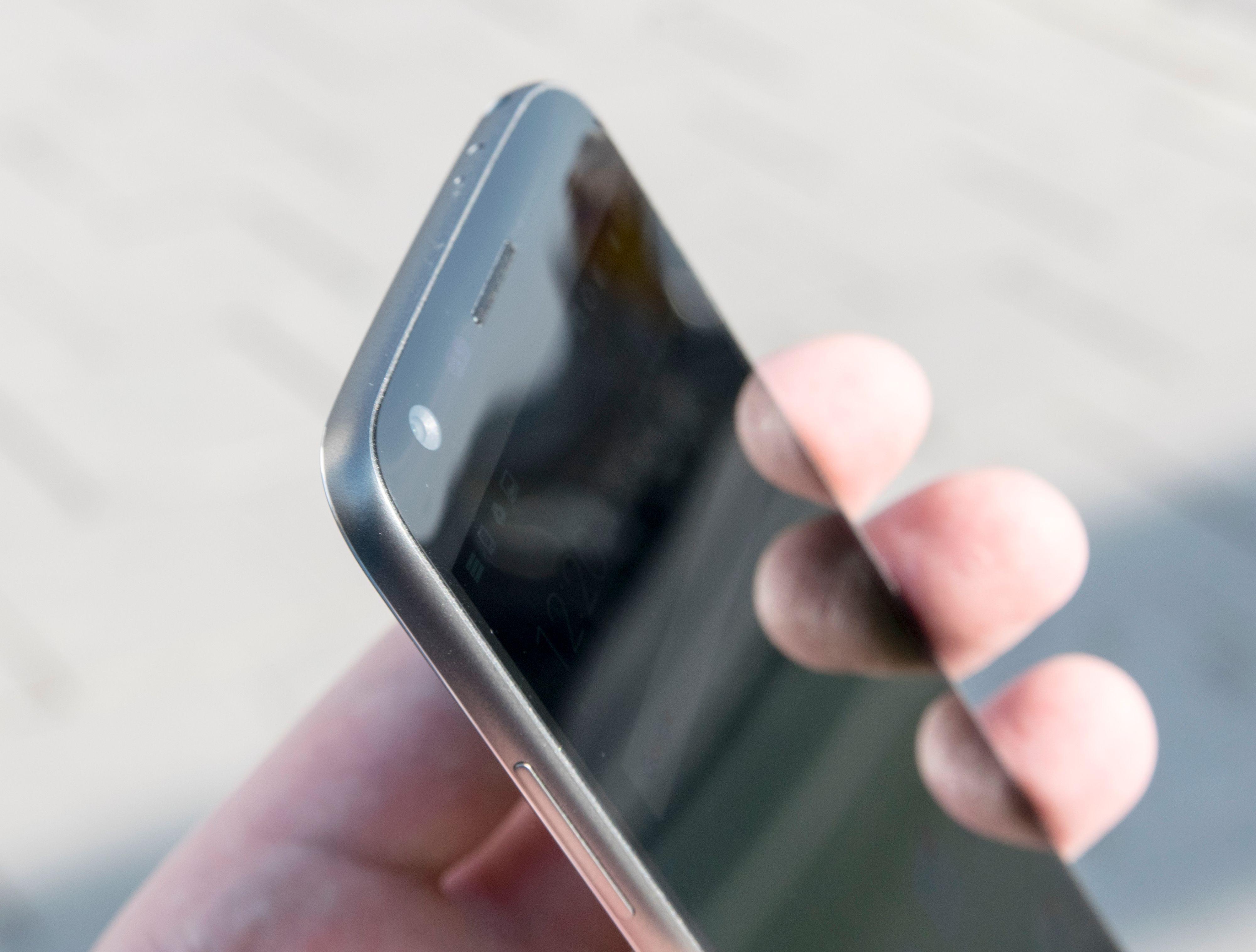 En svak bue i skjermglasset øverst gjør at telefonen skiller seg litt ut fra mengden.