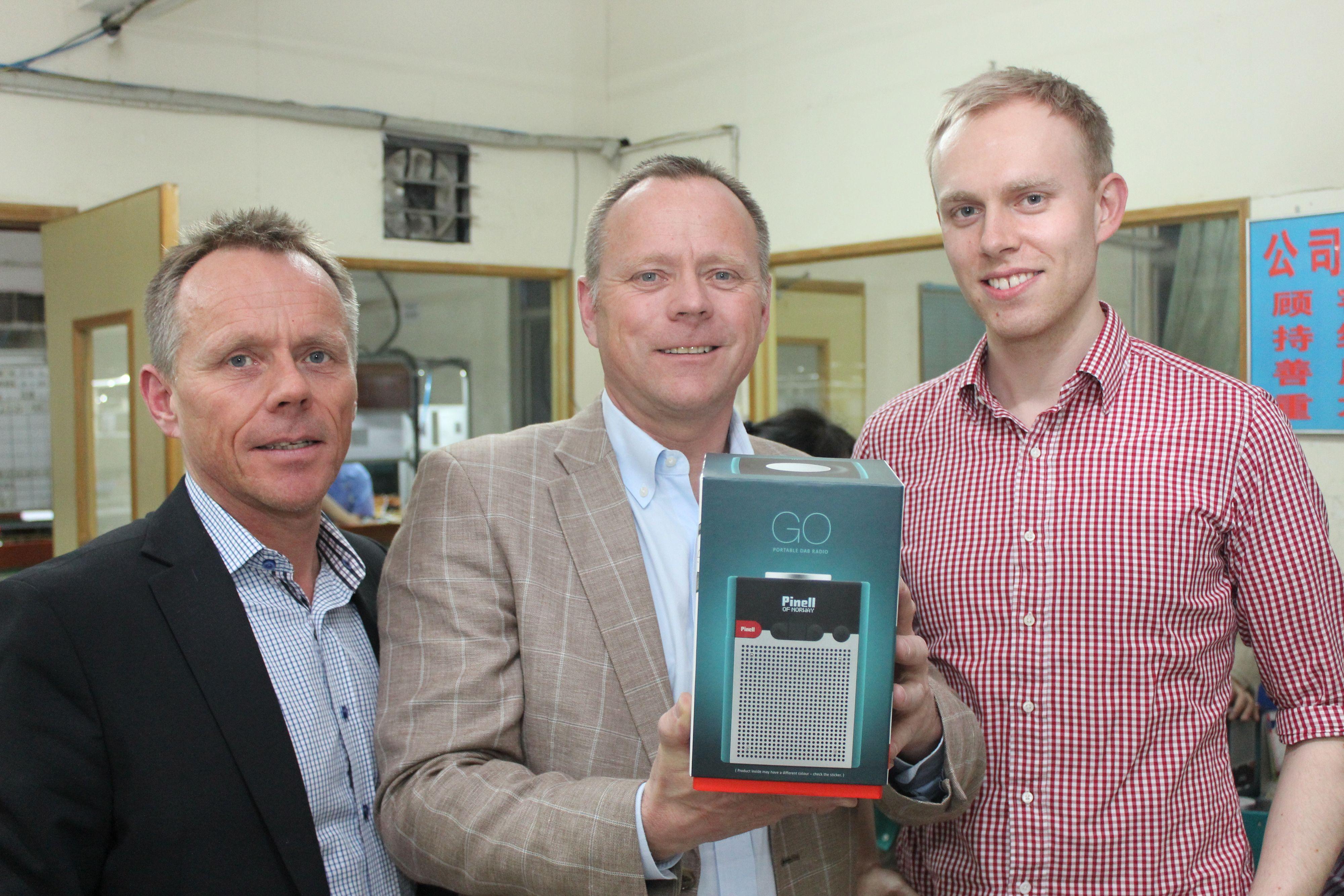 Fra venstre: Tore Vedvik, Tom Vedvik og Andreas Erlandsen. Brødrene Vedvik styrer TT-Micro, som har utviklet radioen, mens Andreas Erlandsen har designet den.(Foto: Espen Irwing Swang@tek.no).