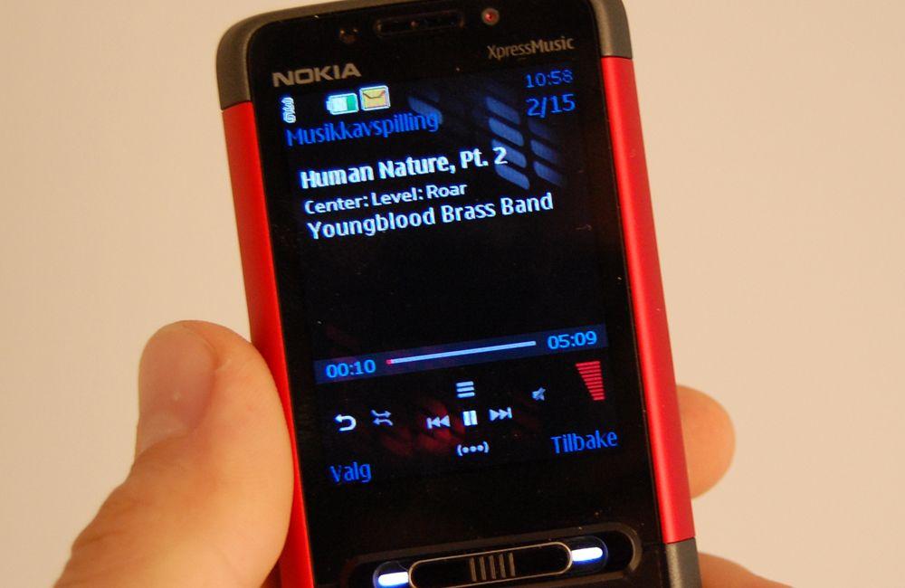 Nokia 5610 har en bryter under skjermen som skifter mellom musikkmodus og telefonmodus.