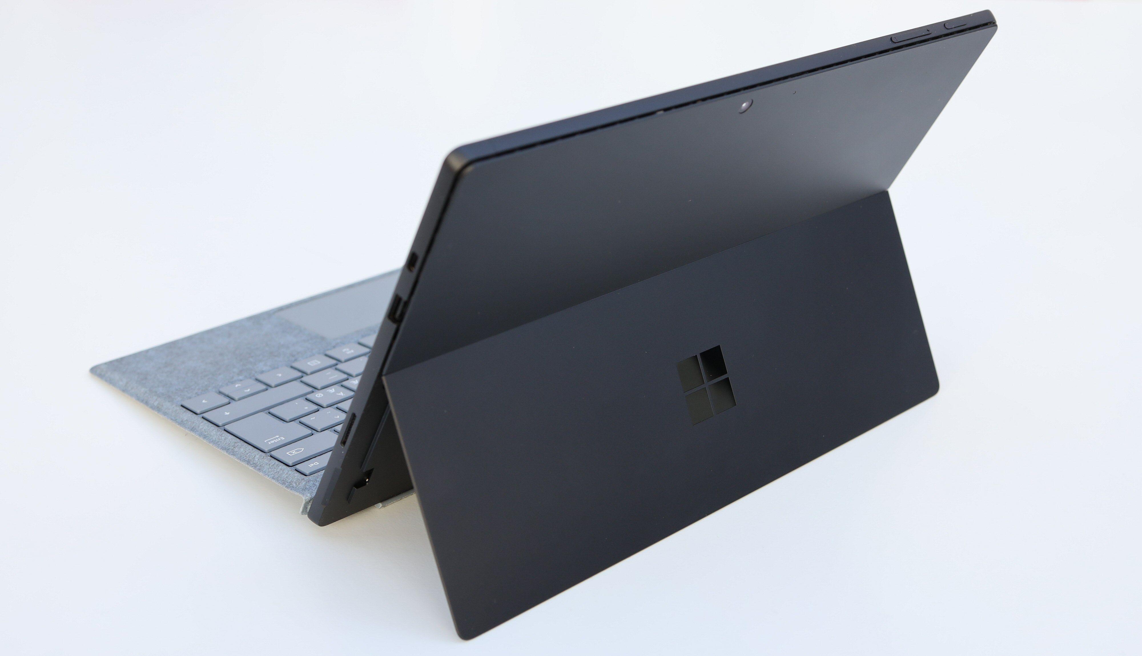 Støttebeinet kjennetegner de bærbare Surface-maskinene. Du skjønner poenget med dette når du skal bruke fingrene eller en penn rett på skjermen.