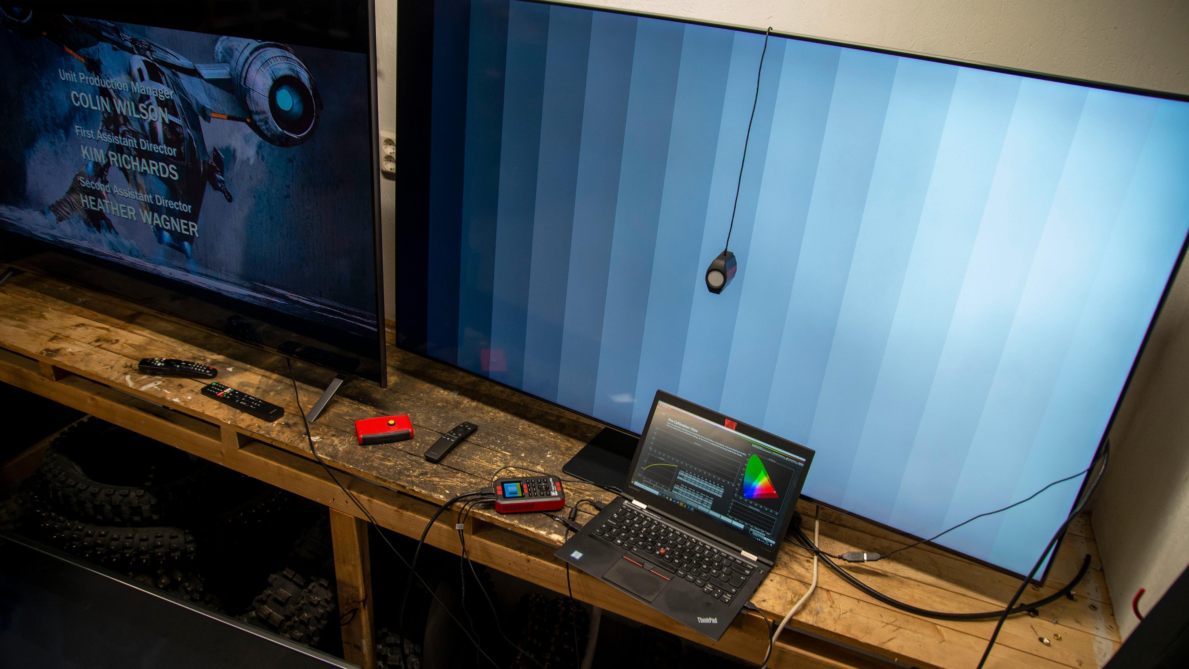 Testlabben vår er fortiden i en garasje, og her er kalibreringsriggen vi bruker til å måle flatskjermer med.