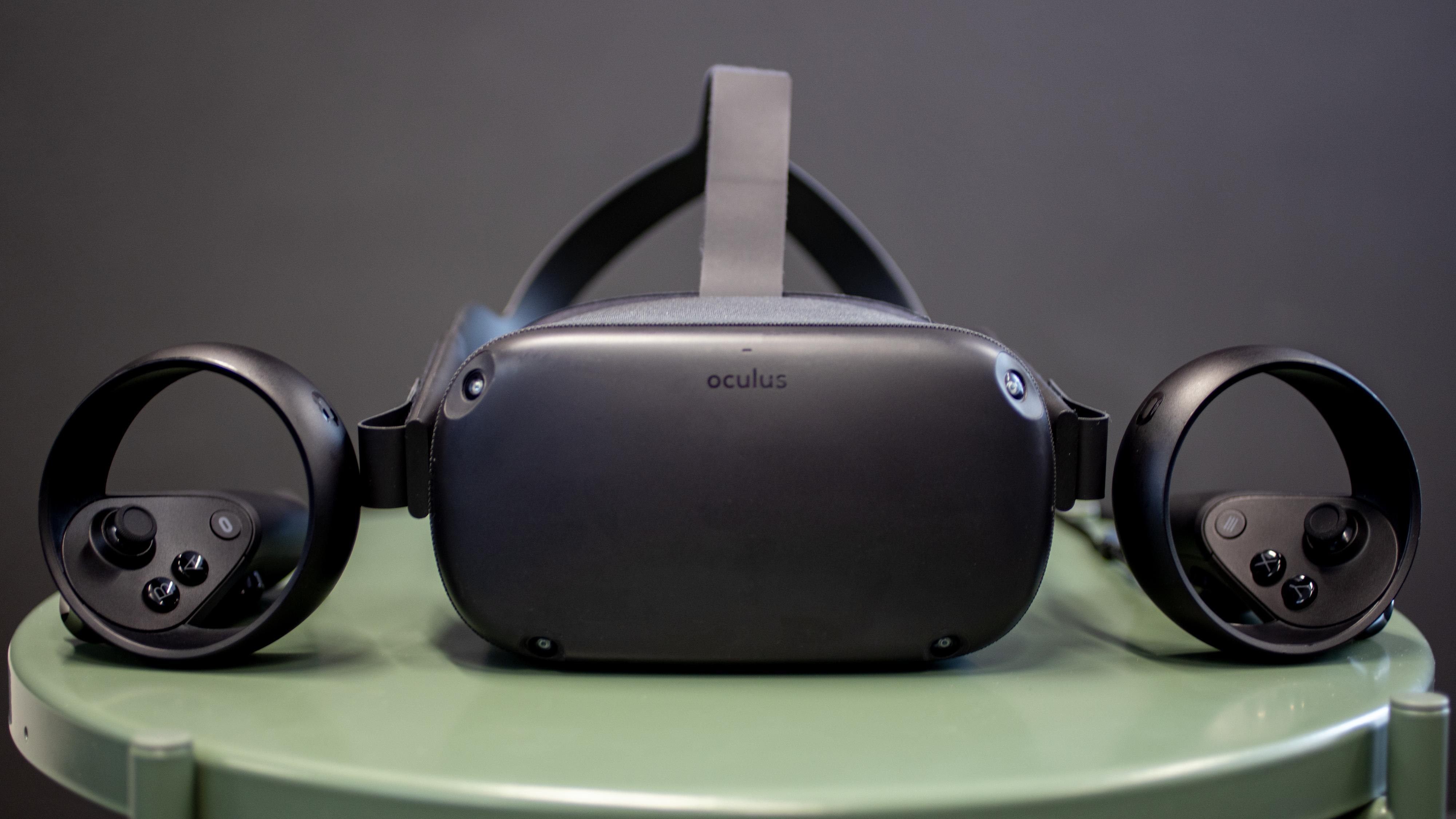 Med i pakken følger det med hodesett, to trådløse kontrollere, USB-C-lader og en en forlenger for å kunne bruke briller.