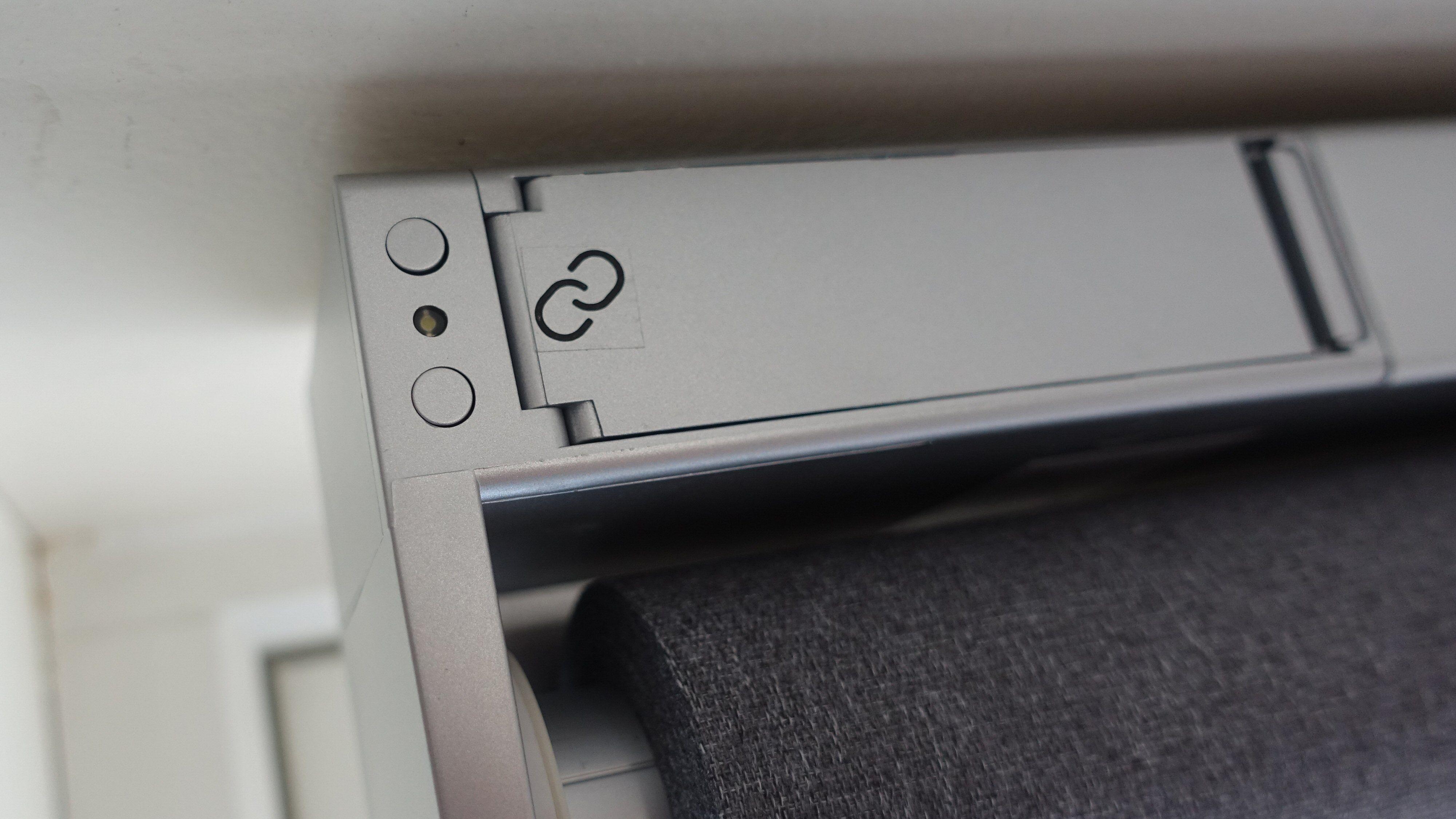 Til venstre for batteriluken finner vi to små knapper som også kan kjøre gardinen opp og ned.