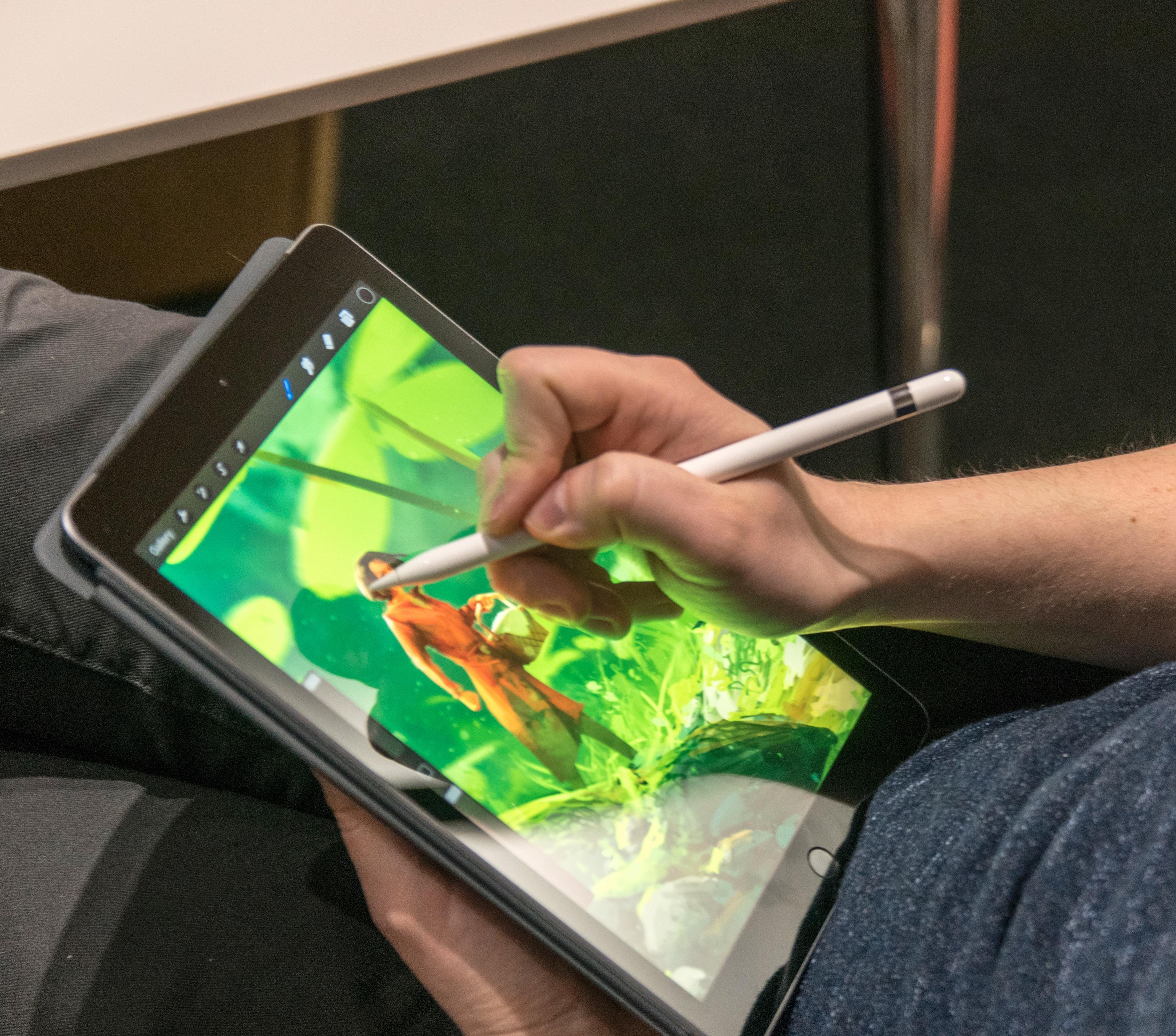 iPad 2018, eller iPad 6 om du vil, fikk pennestøtte. Nå sier ryktene at skjermstørrelsen skal øke i 2019-modellen.