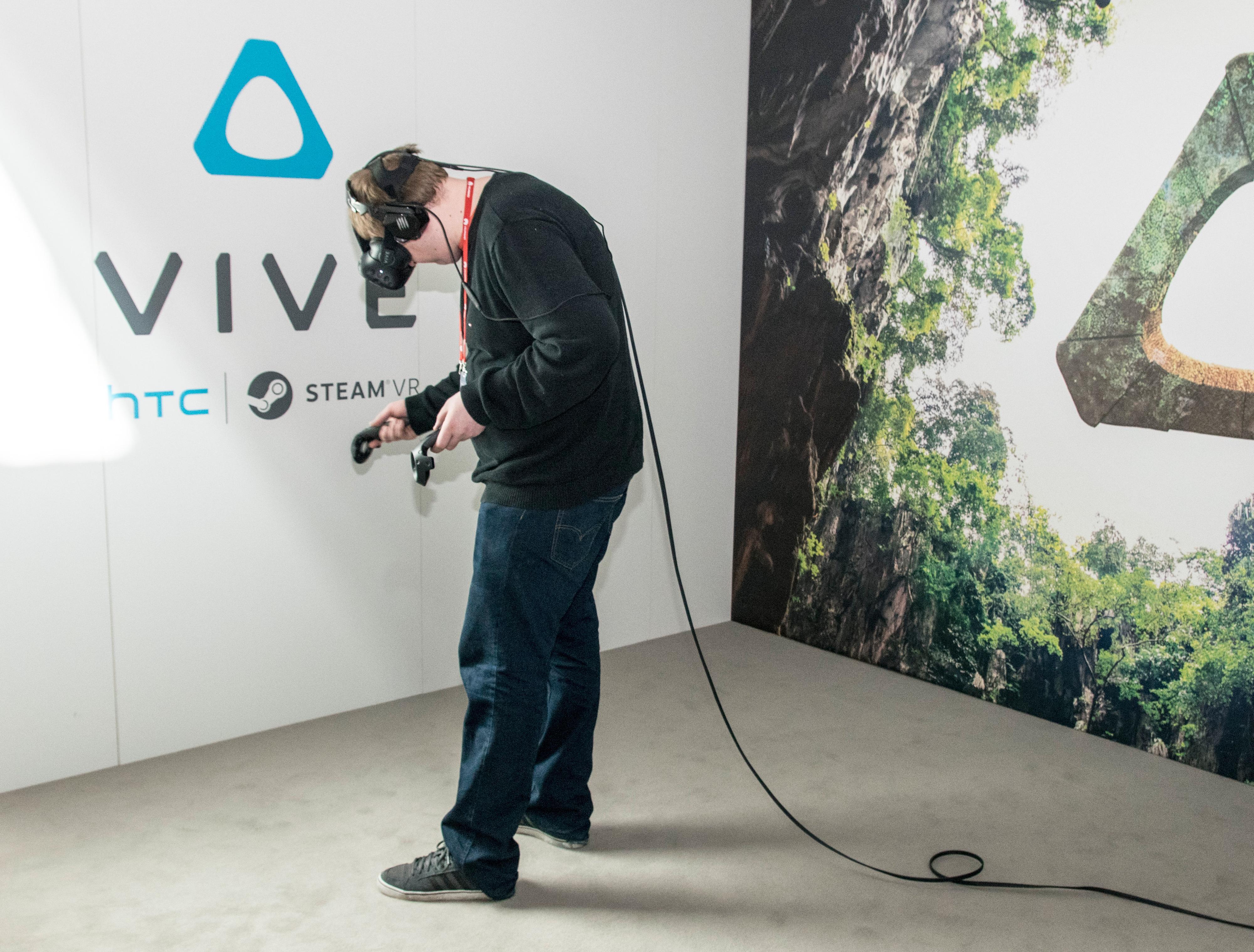 Vår journalist er dypt inne i sin egen VR-verden med HTC Vive.
