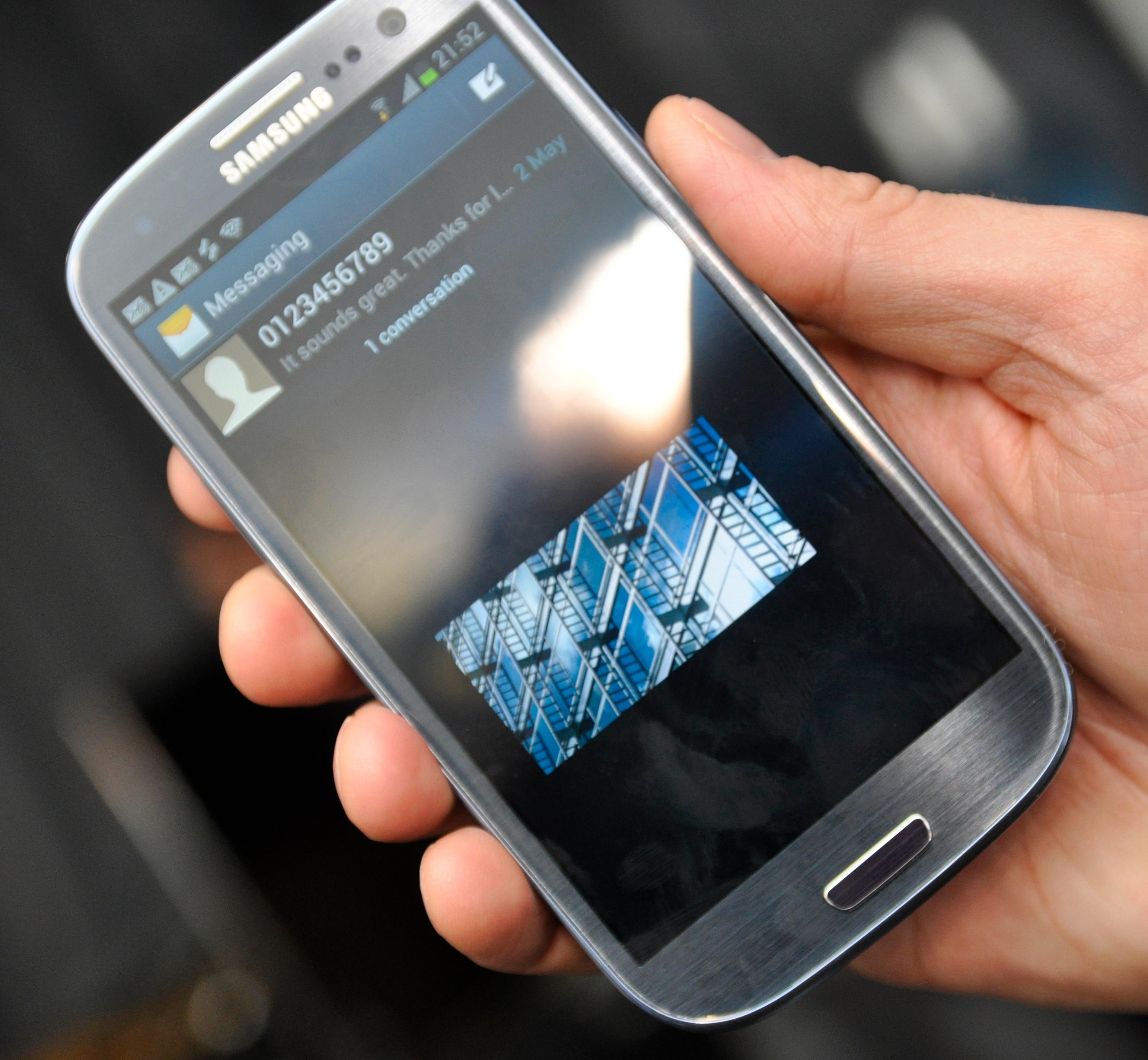 Galaxy S III har bilde i bilde-funksjon, slik at du kan fortsette videoavspilling mens du gjør andre ting. Du kan flytte videoen rundt på skjermen som du vil.