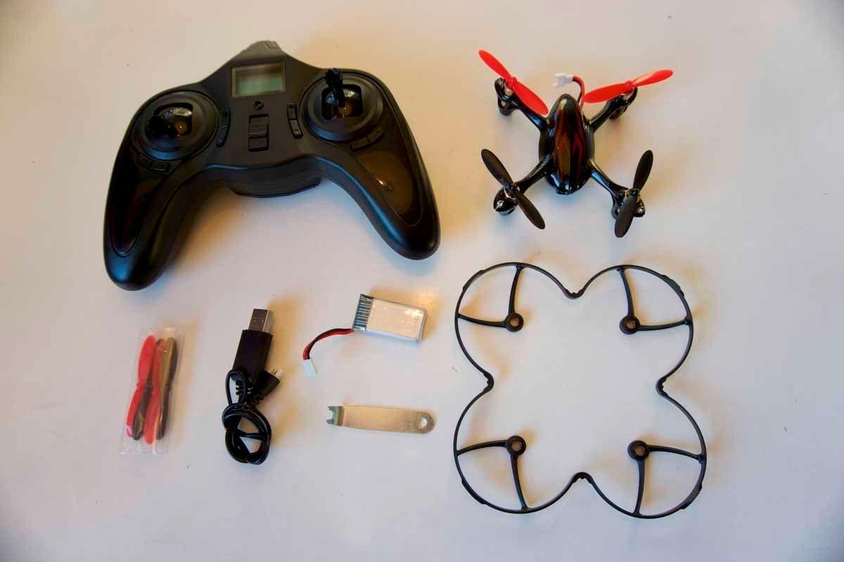 Innholdet i Hubsan X4 HD-pakken: Hubsan X4 Plus, kontroller, batteri, ekstra propeller (4x), propellverktøy, propellbeskyttelse og lader.