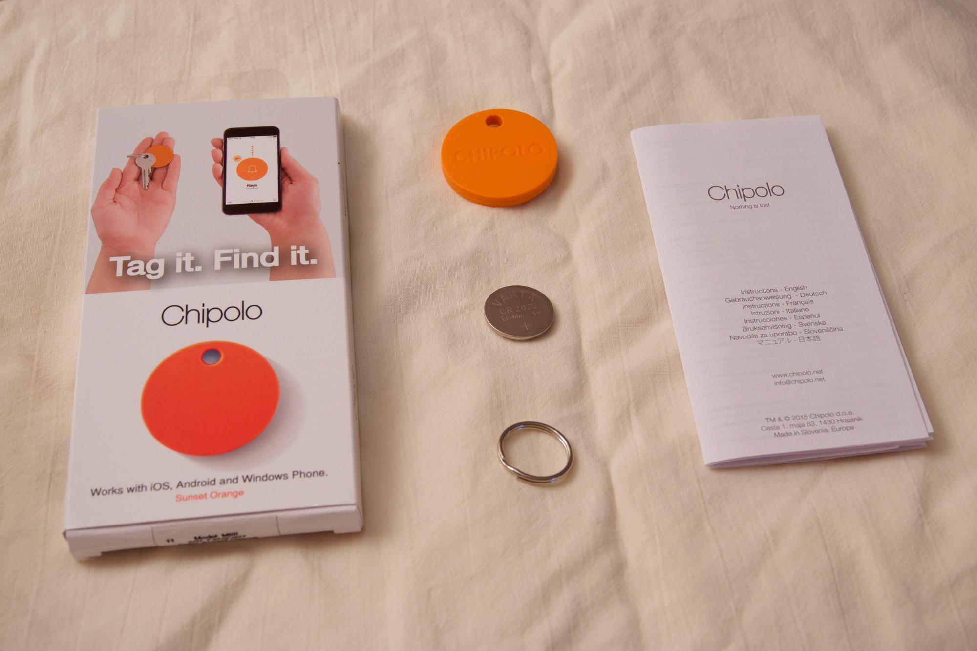 Innholdet i Chipolo-pakken: boks, brukerhåndbok, ekstra batteri, nøkkelring og Chipolo-brikken.