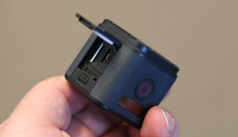 Bak en luke på siden finner vi plass for minnekort og mikro USB-kontakt for lading eller dataoverføring. Foto: Vegar Jansen, Tek.no
