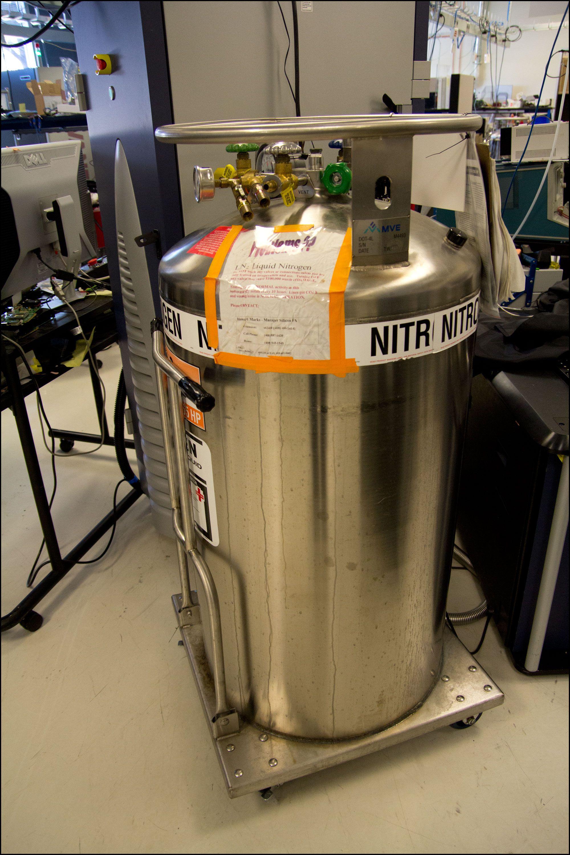 En enorm tank med flytende nitrogen må til