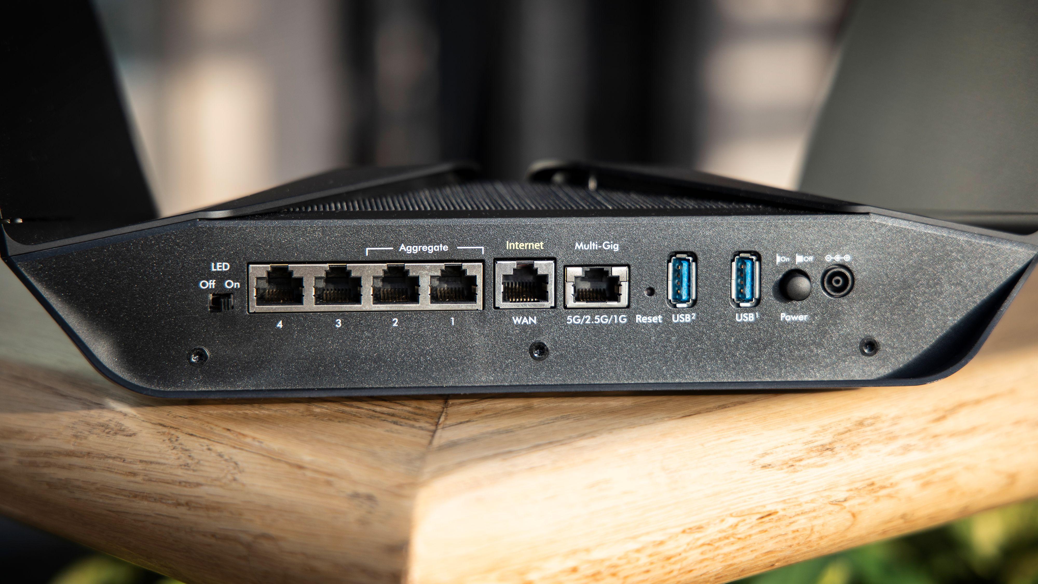 Netgear-ruteren har én WAN-port og fem LAN-porter, hvorav den ene LAN-porten takler inntil 5 Gbit/sek. To USB-A-porter lar deg koble til nettverksdisker og liknende.