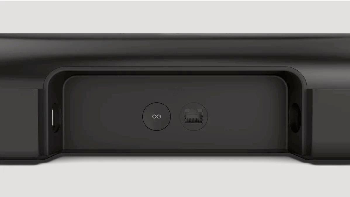 Det er ikke mange innganger på baksiden. En HDMI-inngang (eARC), en strømkontakt, samt en Ethernet-plugg som generelt aldri trengs. Knappen brukes for å pare høyttaleren til appen og nettverket.