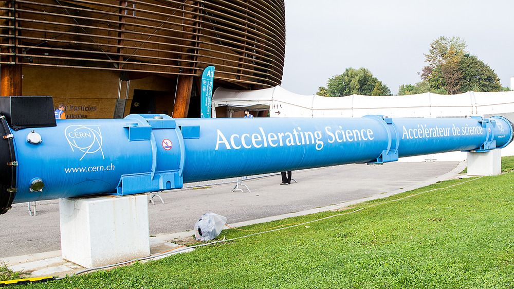 Superledende magneter som denne utgjør den 27 kilometer lange LHC-ringen.Foto: Jørgen Elton Nilsen, Hardware.no