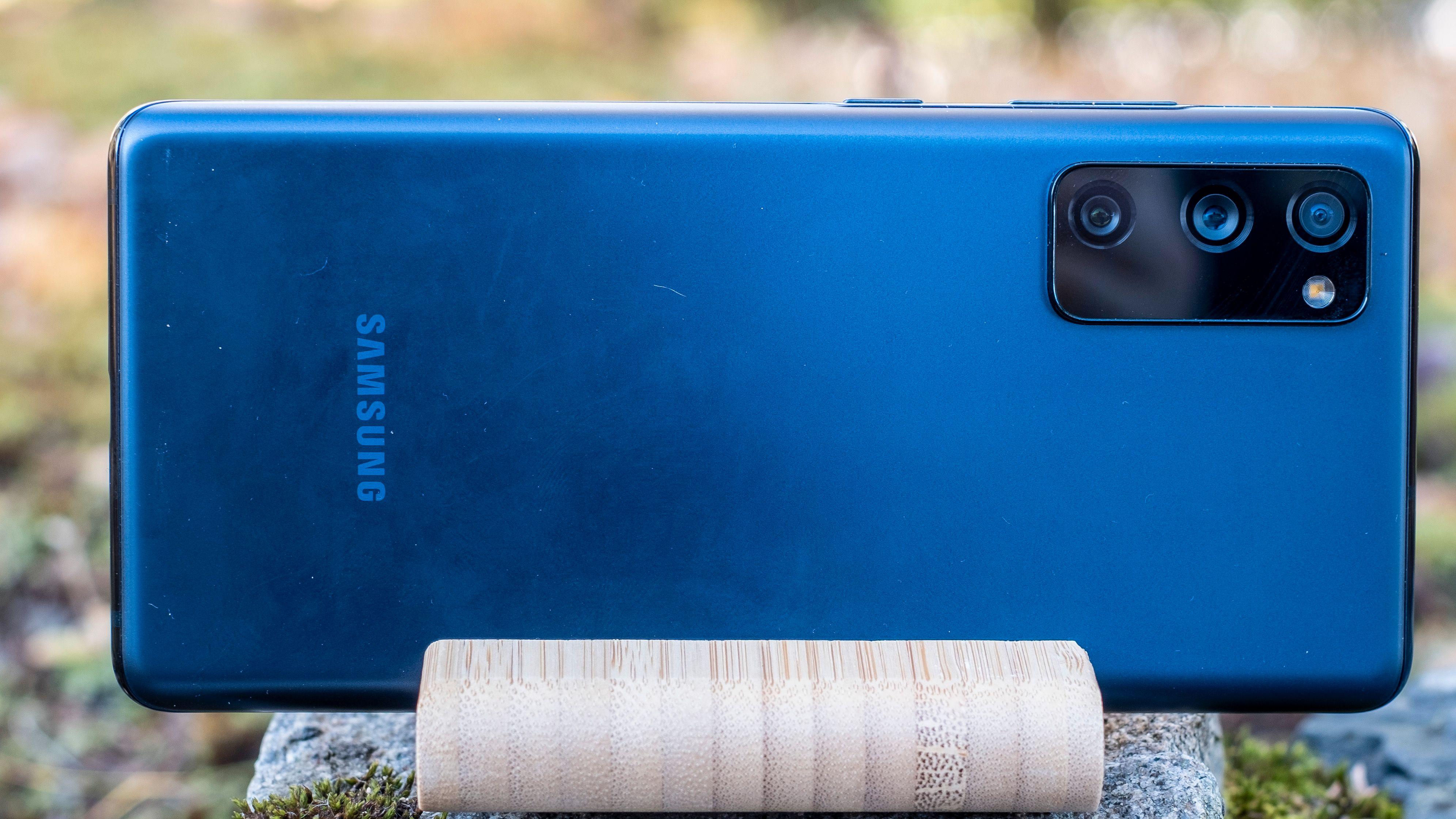 En fingerfettete og halvskitten bakside - helt uten store, synlige riper. Dette er etter drøyt to uker med plastbaksiden slengende rundt i sekken og i lomma sammen med nøkler og annen nips. Det er forholdsvis imponerende slitestyrke på Samsung-plasten.