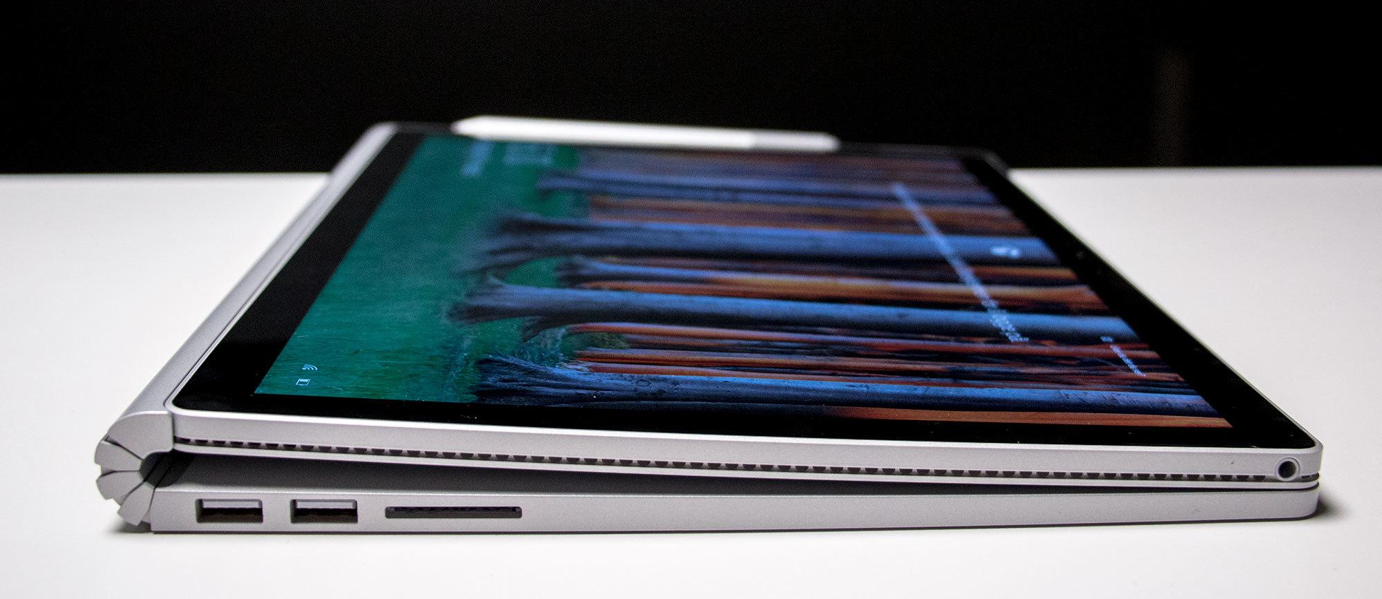 Når Surface Book hvilker slik er den vinklet for bedre komfort når du tegner eller skriver med pennen.