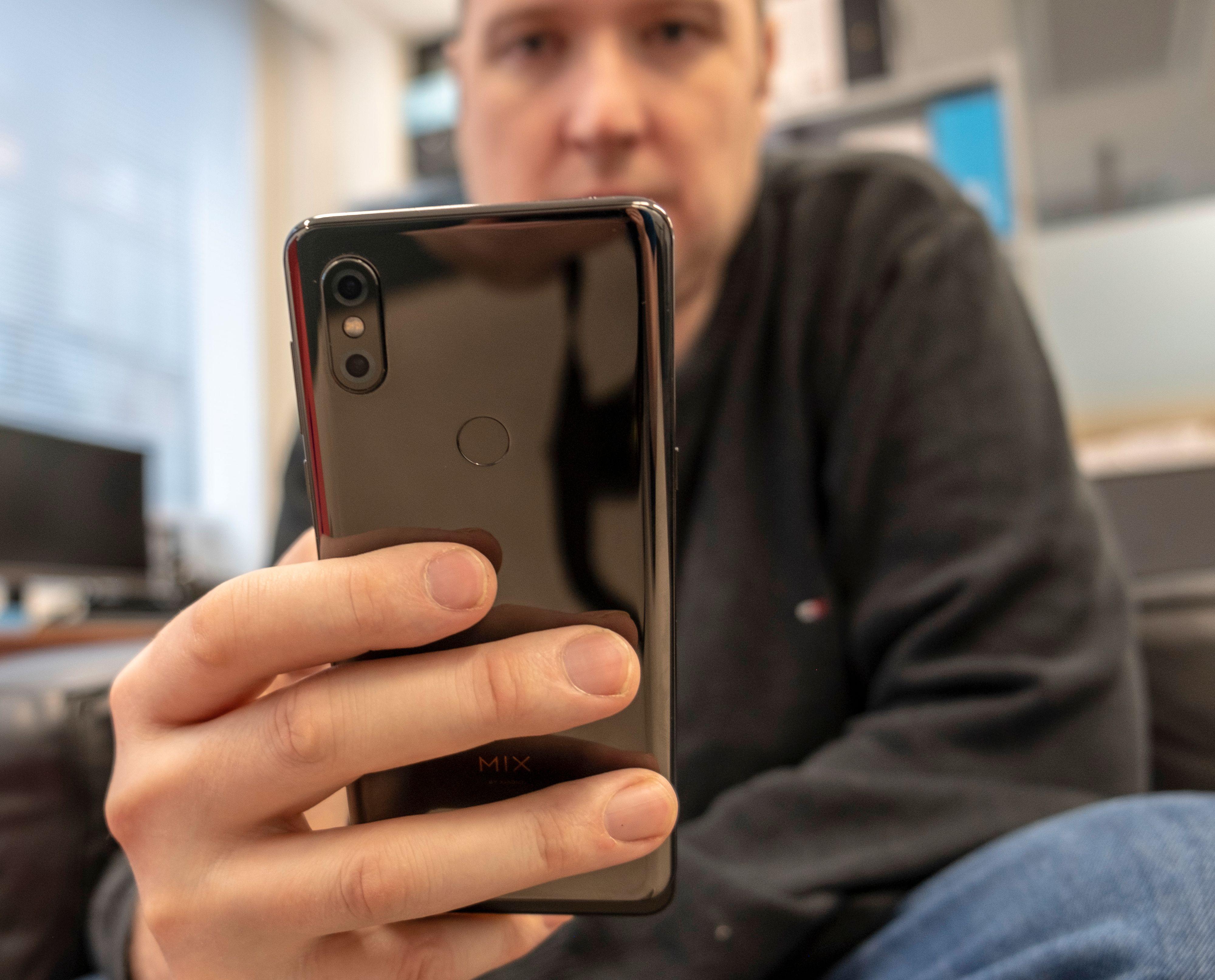 Baksiden på Xiaomi Mi Mix 3 er laget i keramisk materiale og er dermed så å si ripesikker.