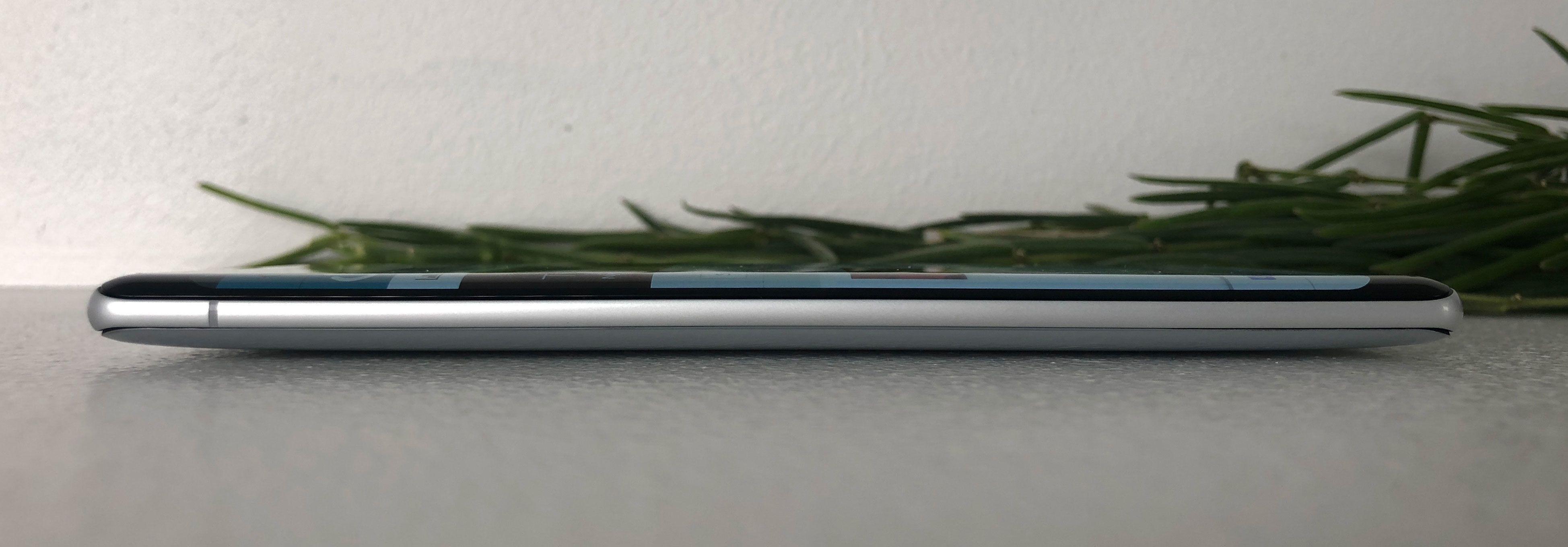 Siden baksiden er avrundet ligger mobilen og vugger på den midtre delen når du legger den flatt.
